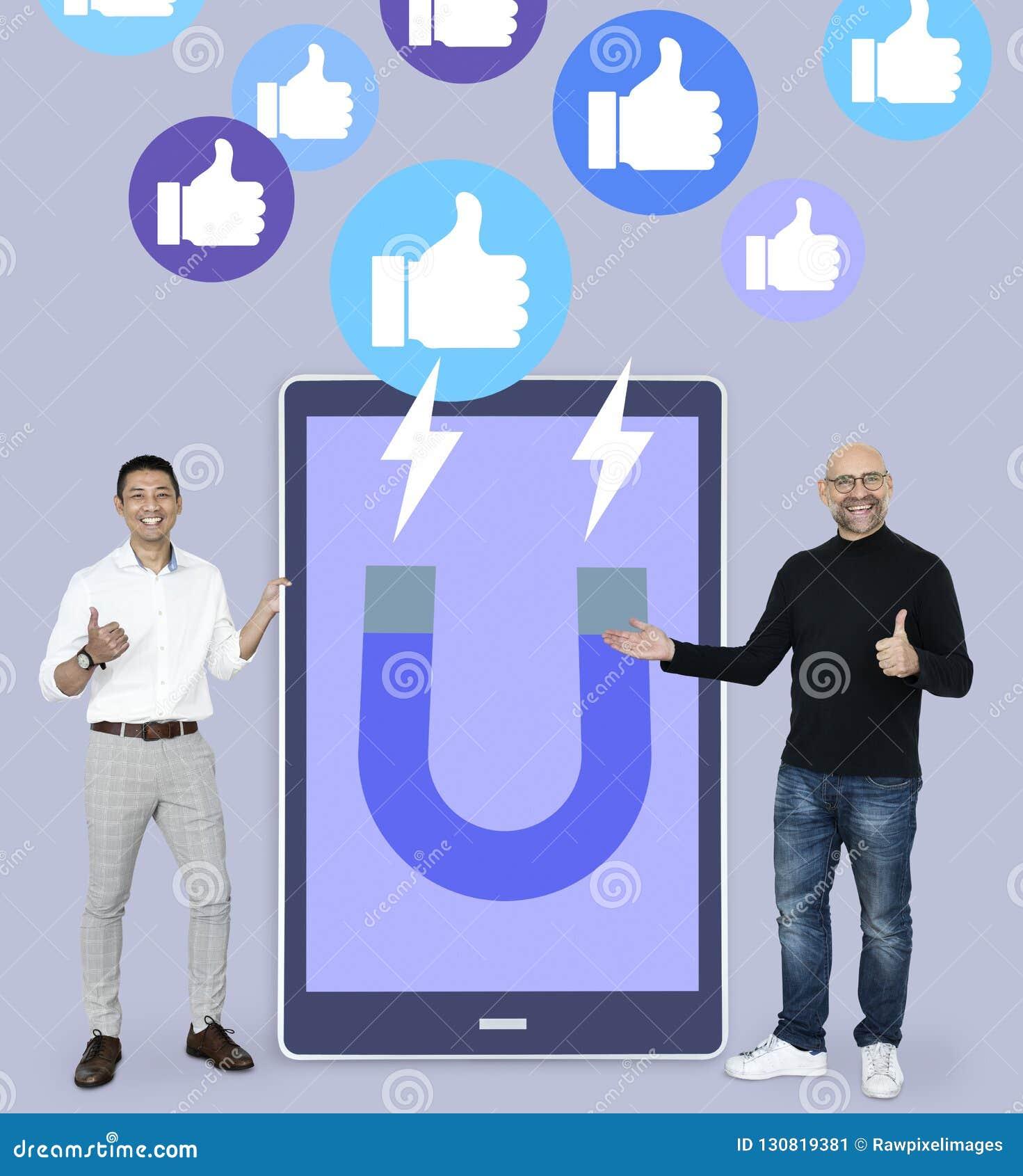 Vrolijke mensen met het aantrekken van sociale media zoals duimen op pictogrammen