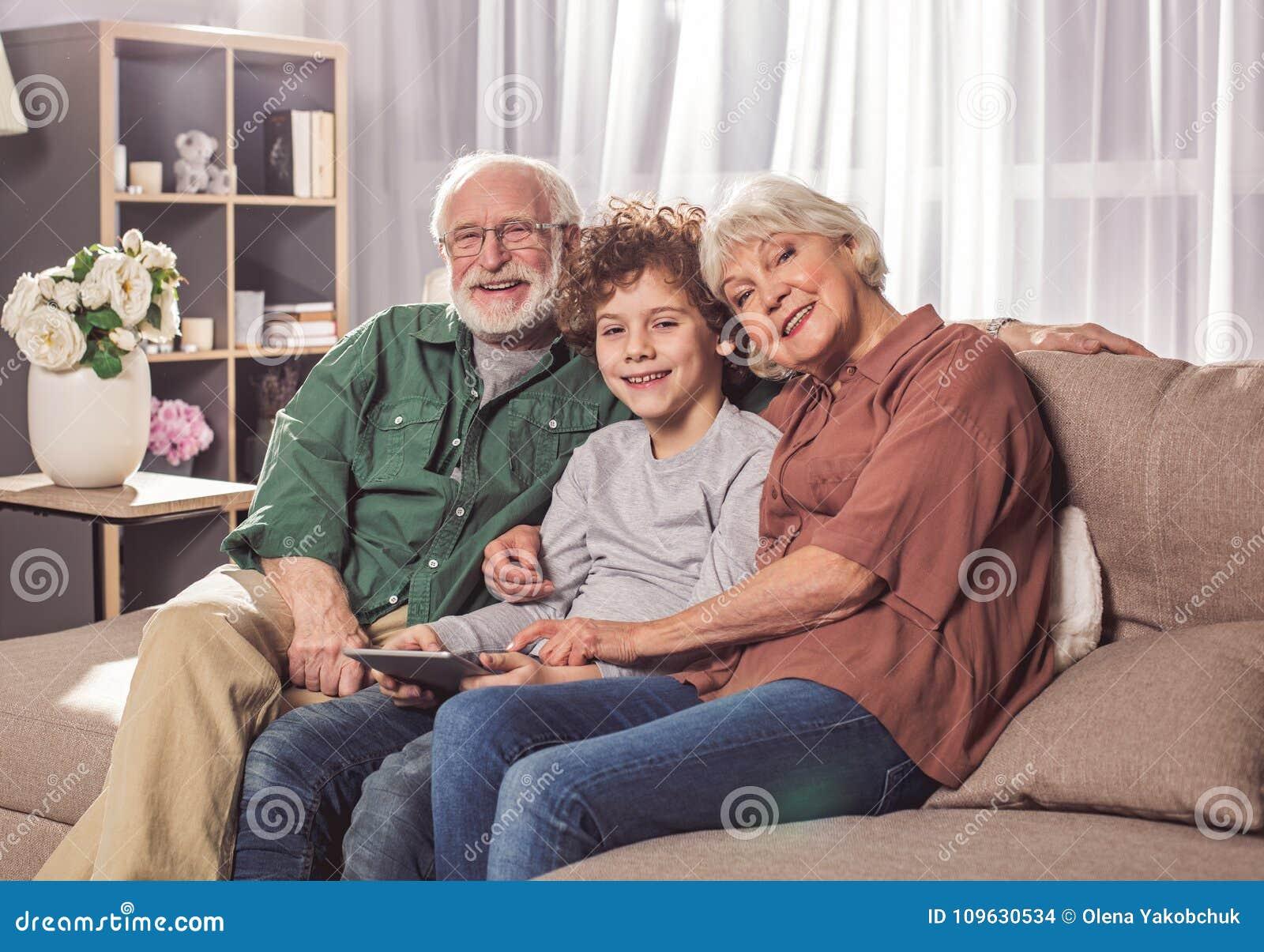 Vrolijke opa en oma met kleinzoon