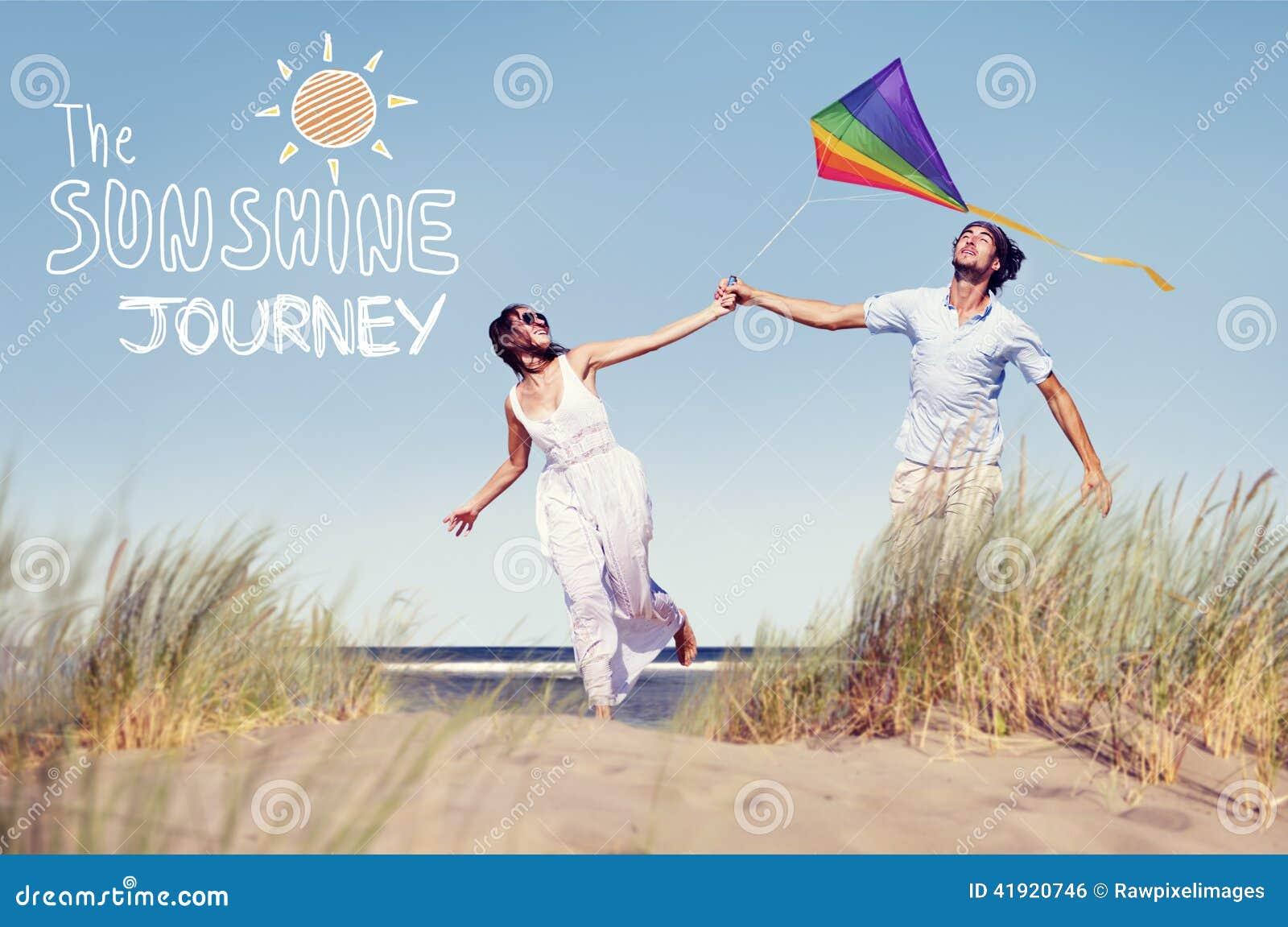 Vrolijke Paar het Spelen Vlieger door het Strand