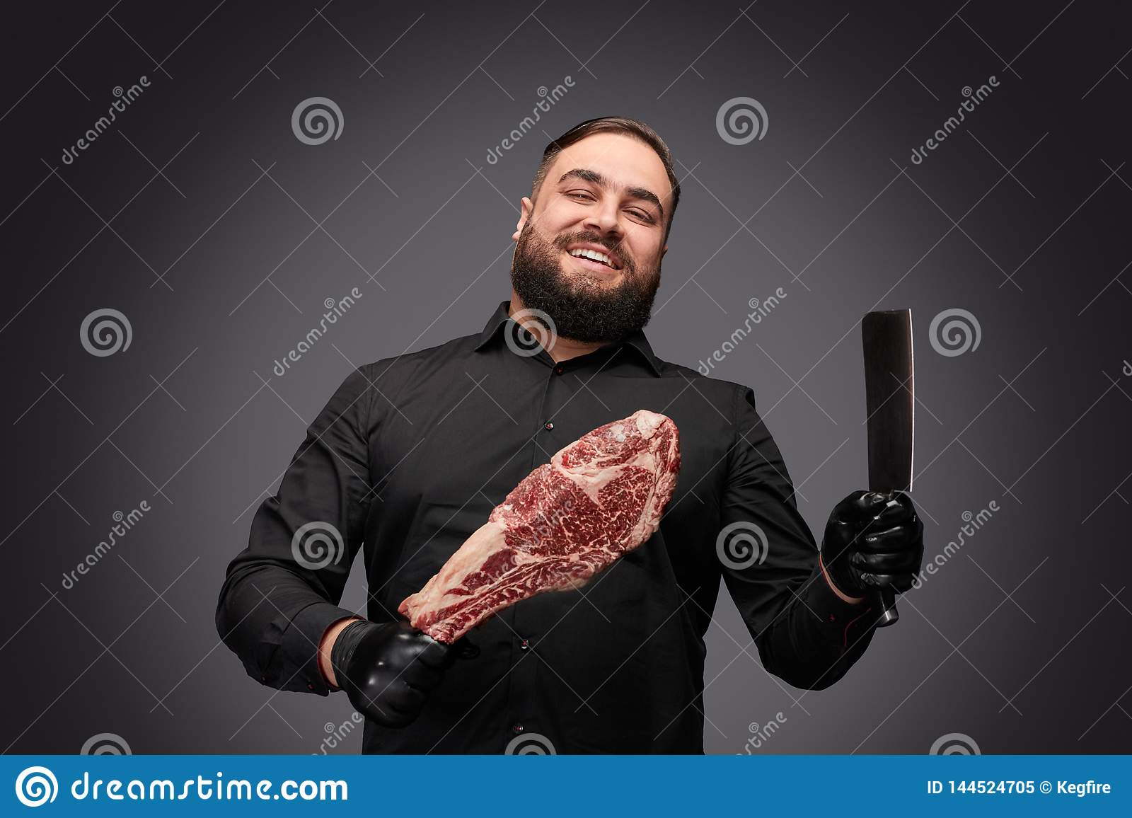 Vrolijke slager met mes en vlees