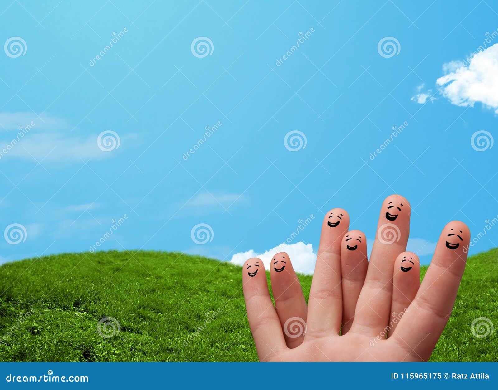 Vrolijke vinger smileys met landschapslandschap bij de achtergrond