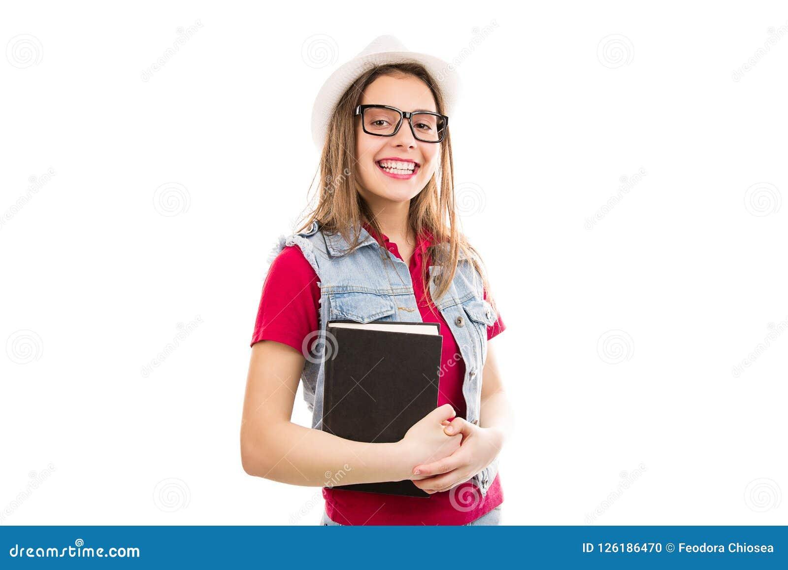 Vrolijke vrouw met boek in handen