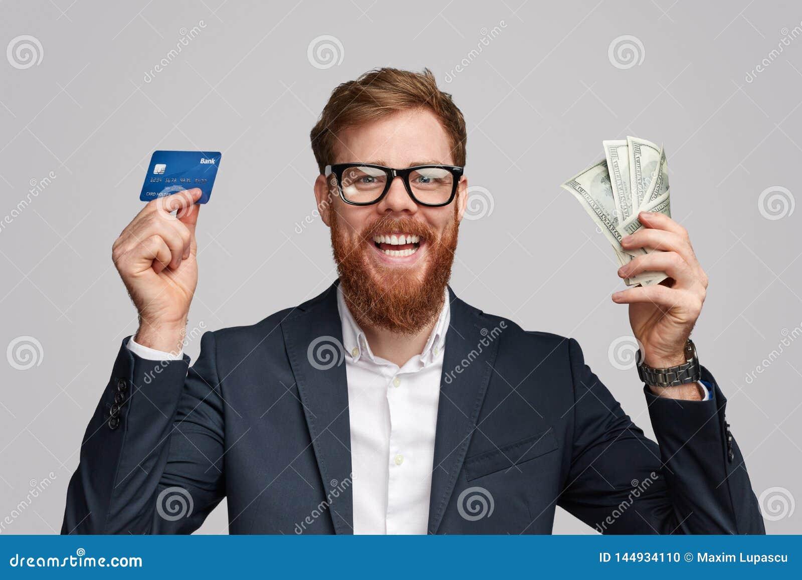 Vrolijke zakenman met geld en betaalpas