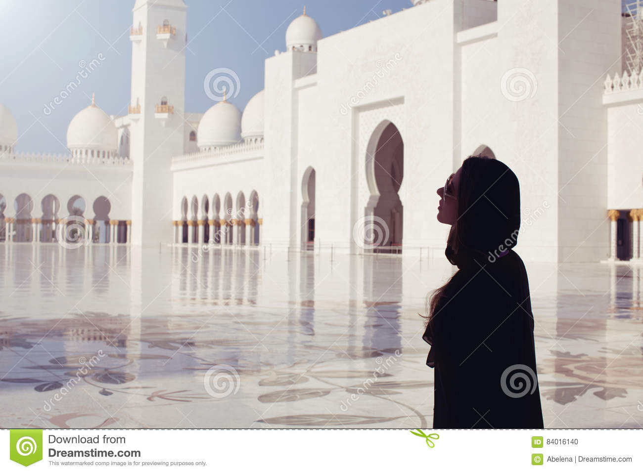 Vrouw in beroemd Sheikh Zayed Grand Mosque