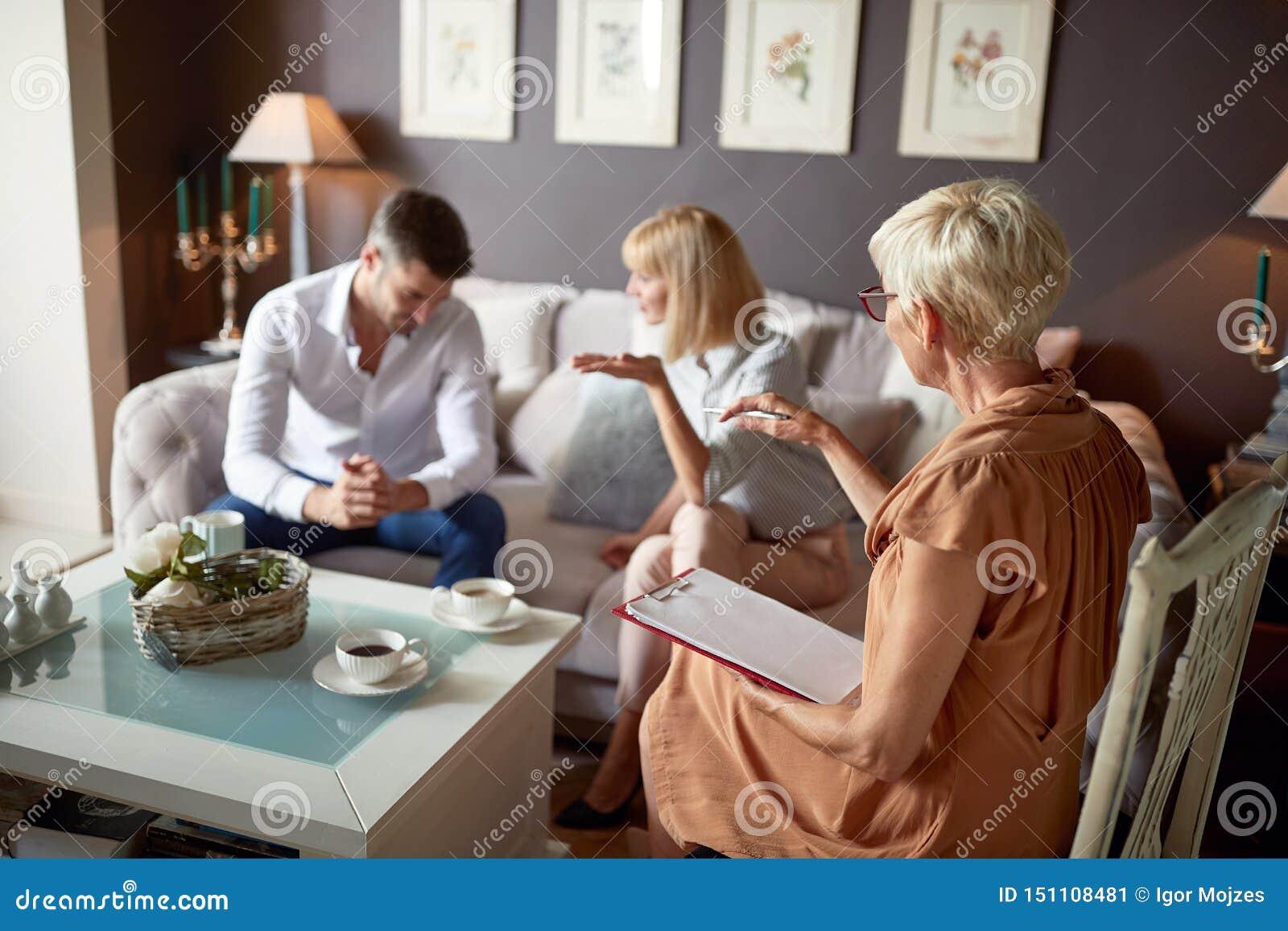 Vrouw in bespreking met echtgenoot bij psycholoog