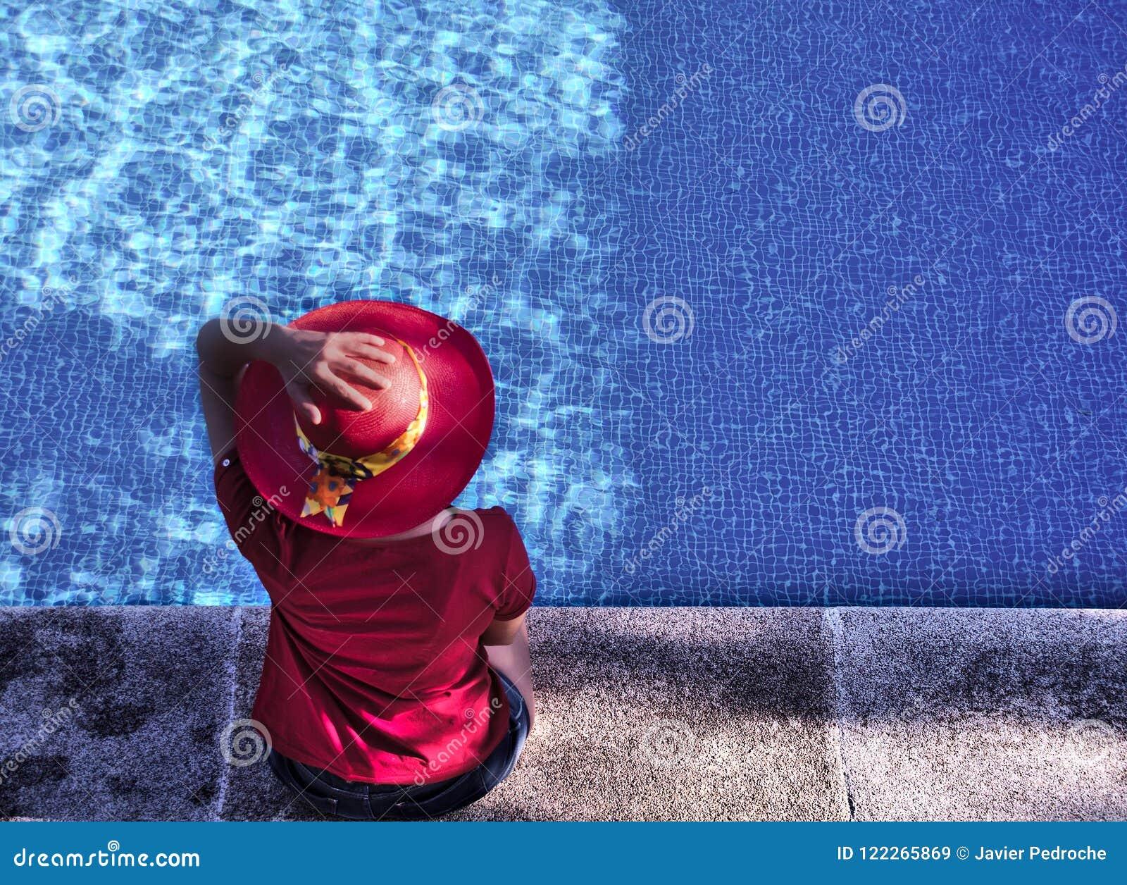 Vrouw bij het zwembad