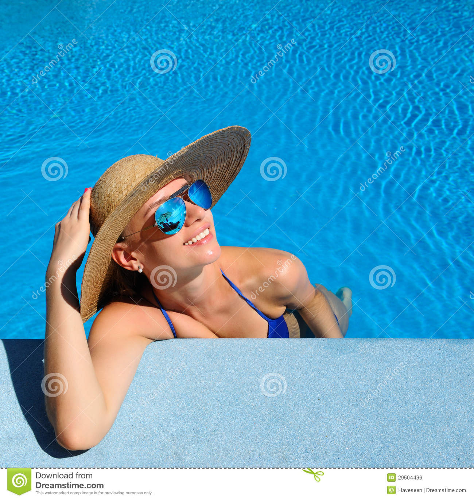 Vrouw bij poolside