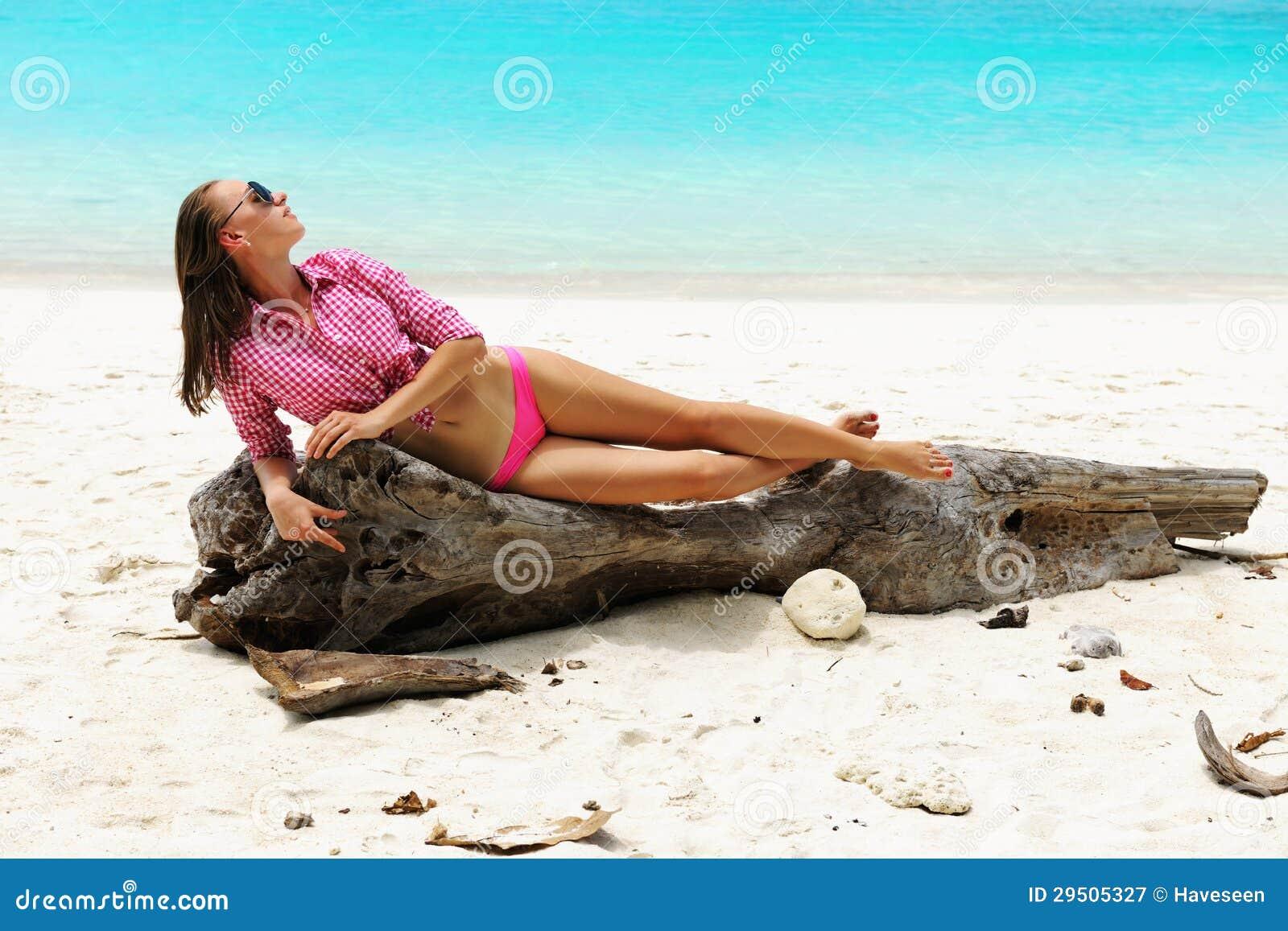 Vrouw bij strand