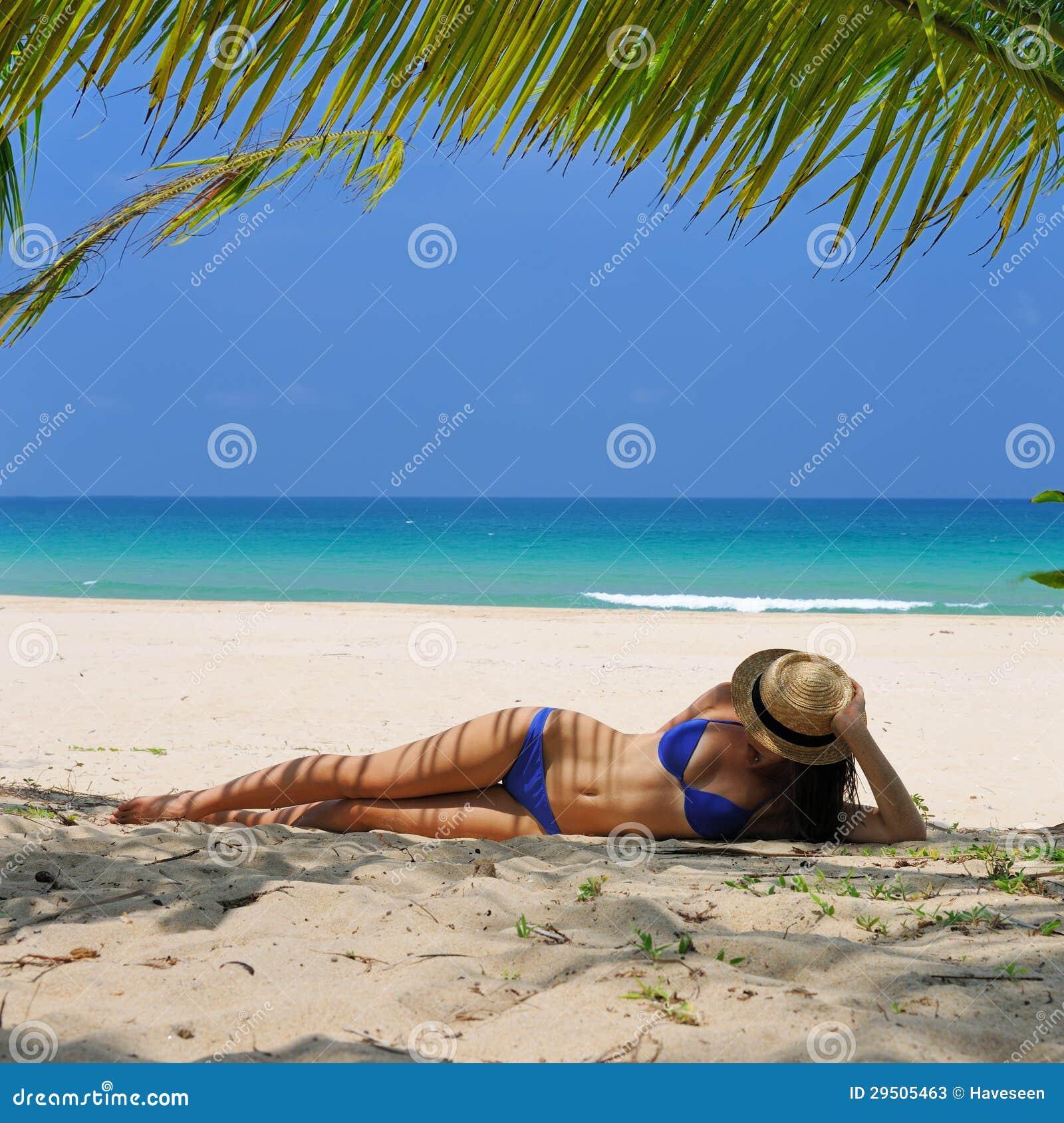 Vrouw bij strand onder palm