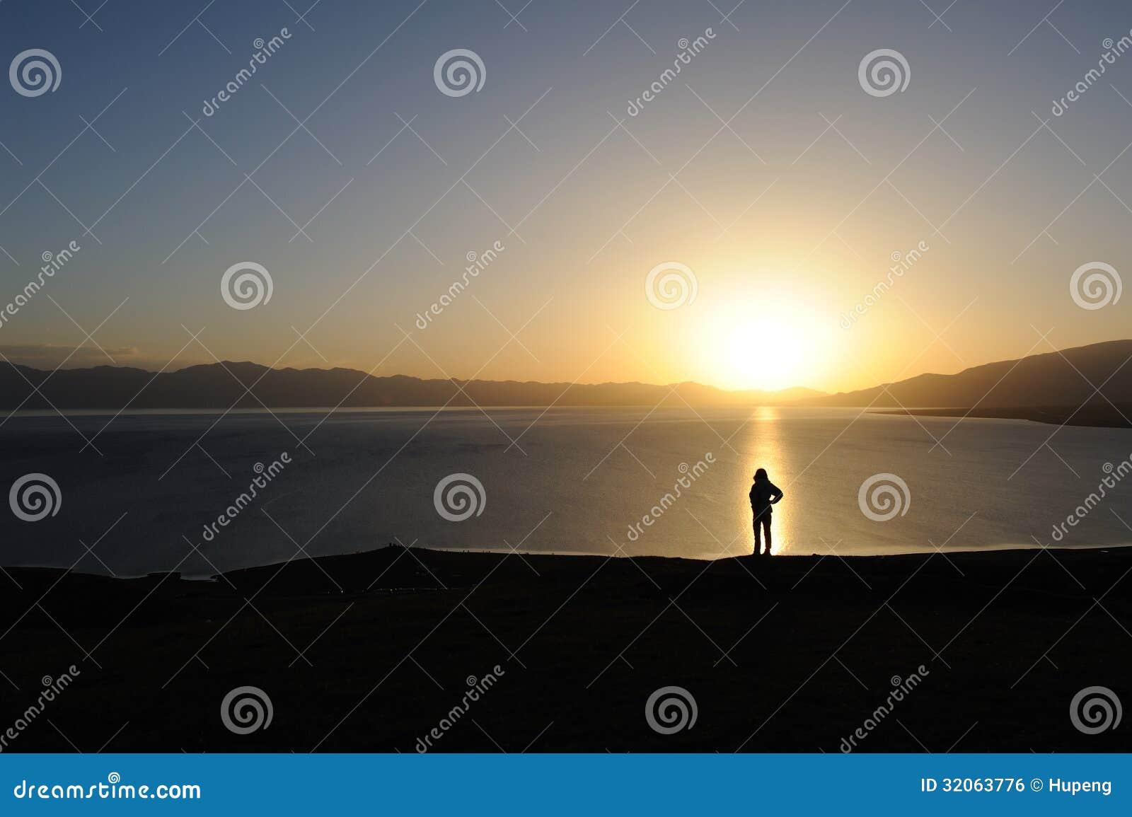 Vrouw bij zonsopgang