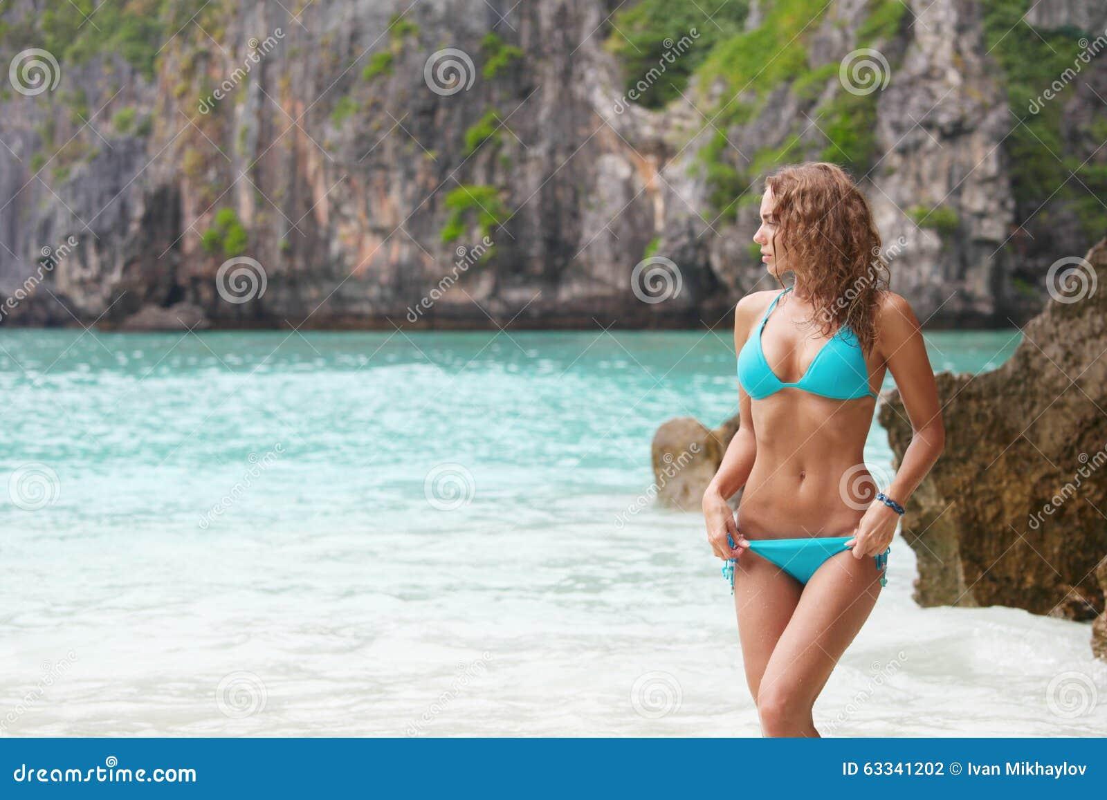 Vrouw in bikini op strand