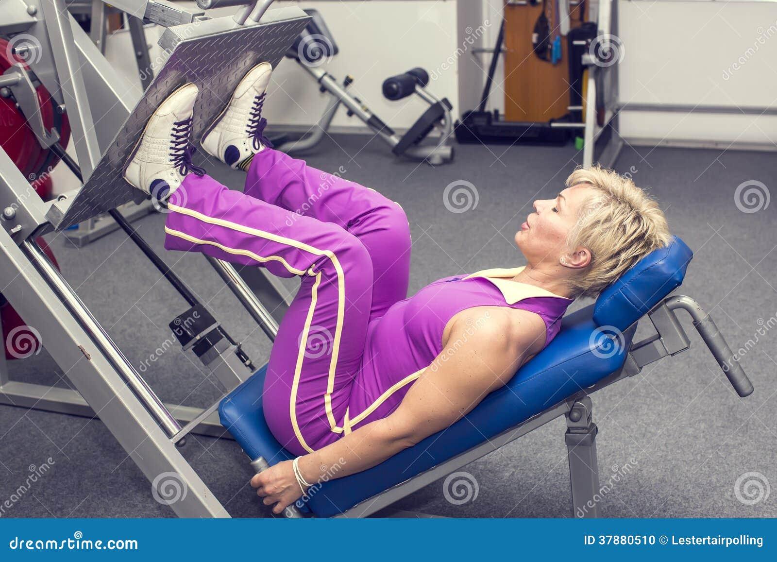 Vrouw in de gymnastiek