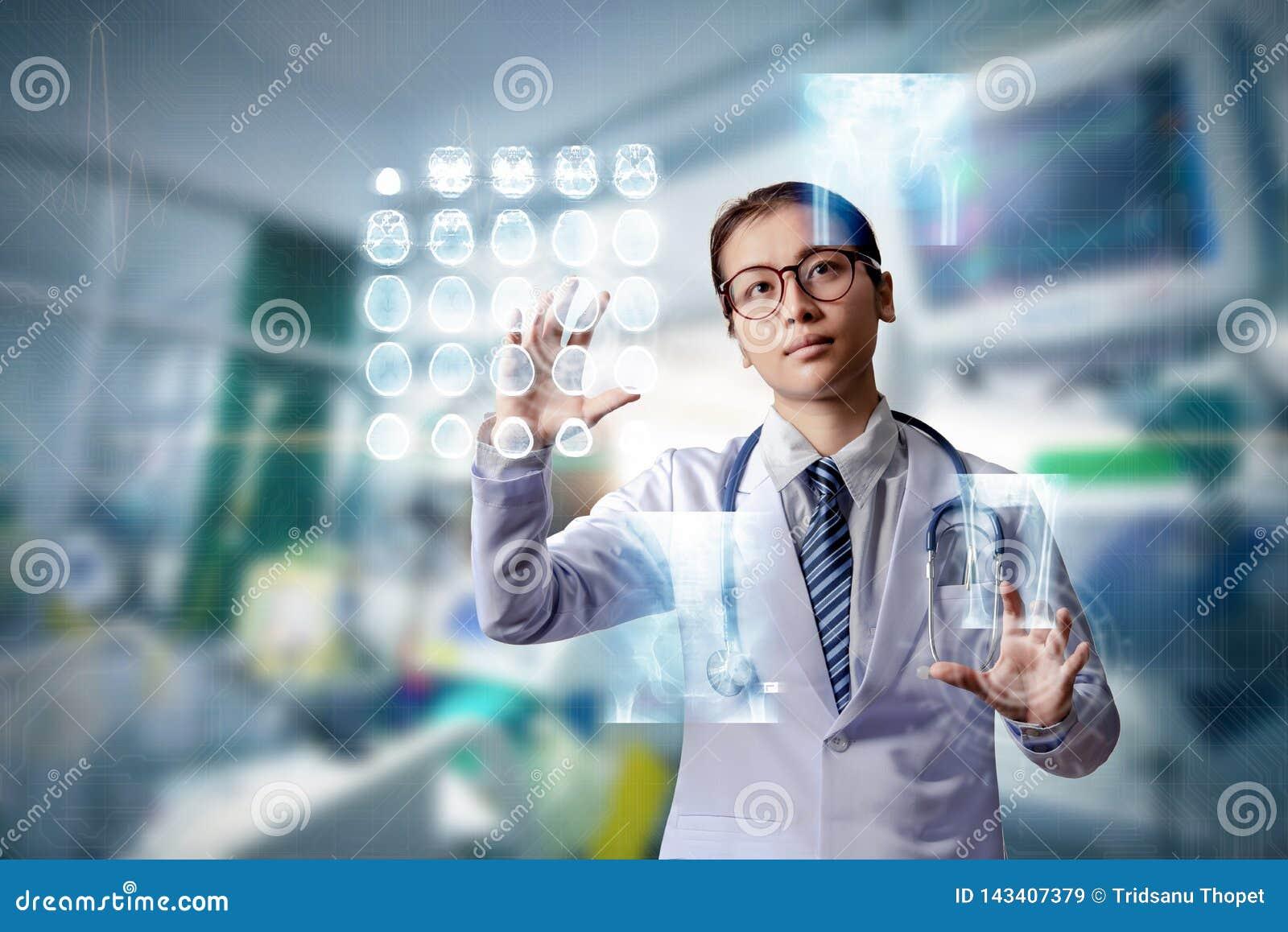 Vrouw de hand van de artsenholding op touch screen