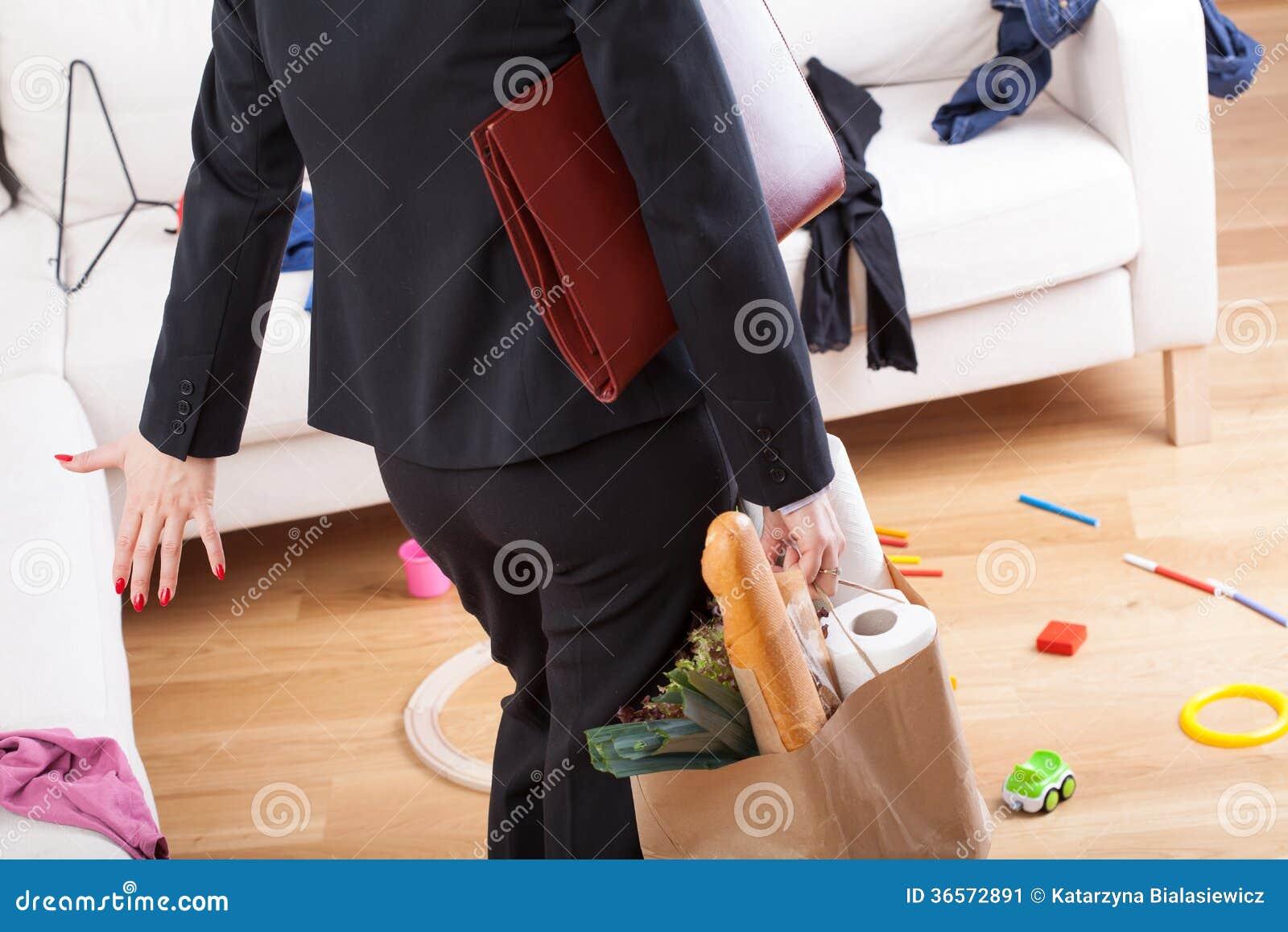 Vrouw de komst naar huis en ziet knoeien