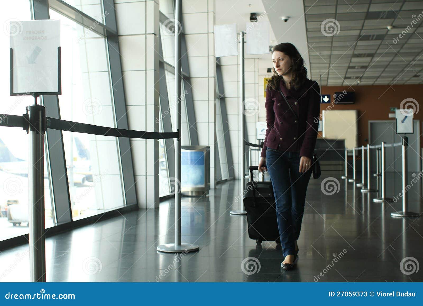 Vrouw in de luchthaven