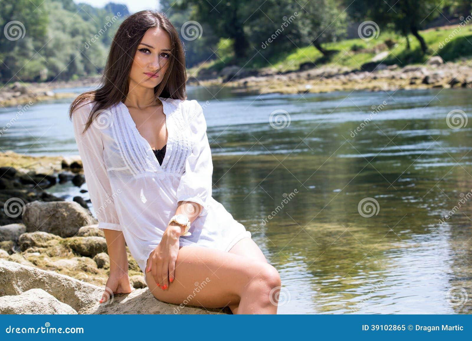 Vrouw in de rivier
