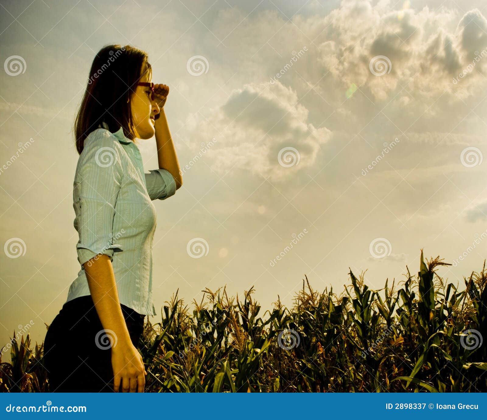 Vrouw die aan de toekomst kijkt