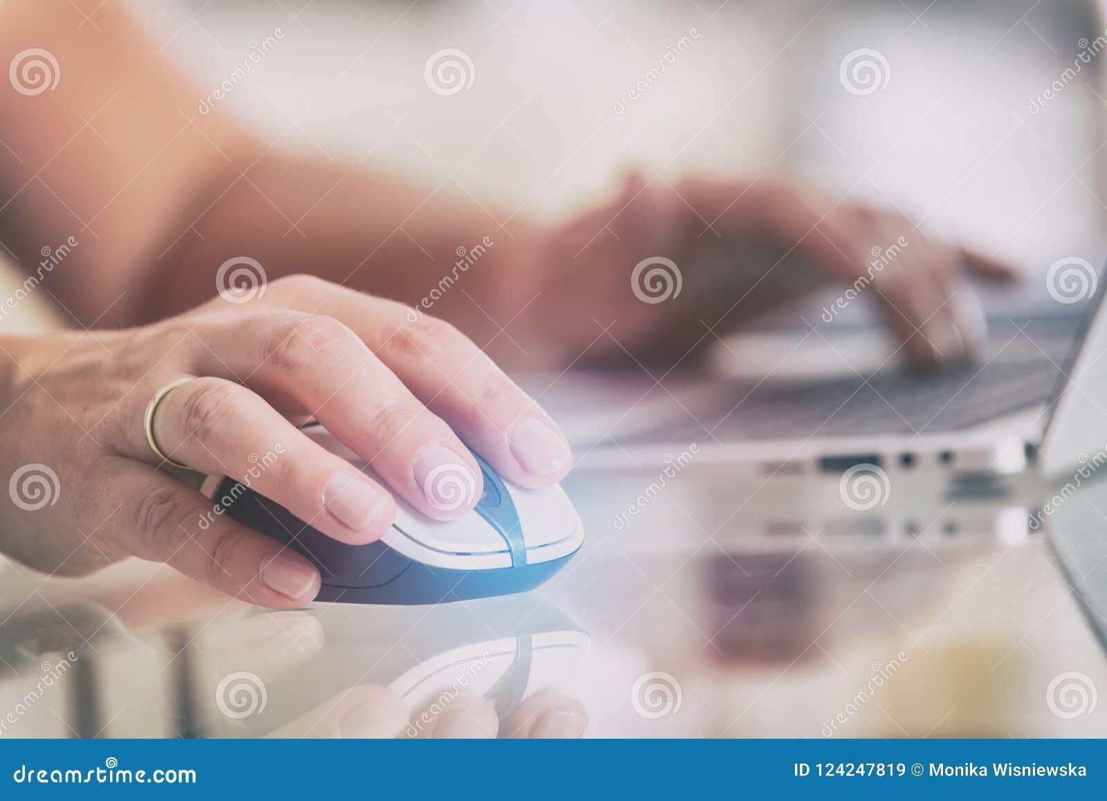 Vrouw die aan haar laptop thuis bureau werken