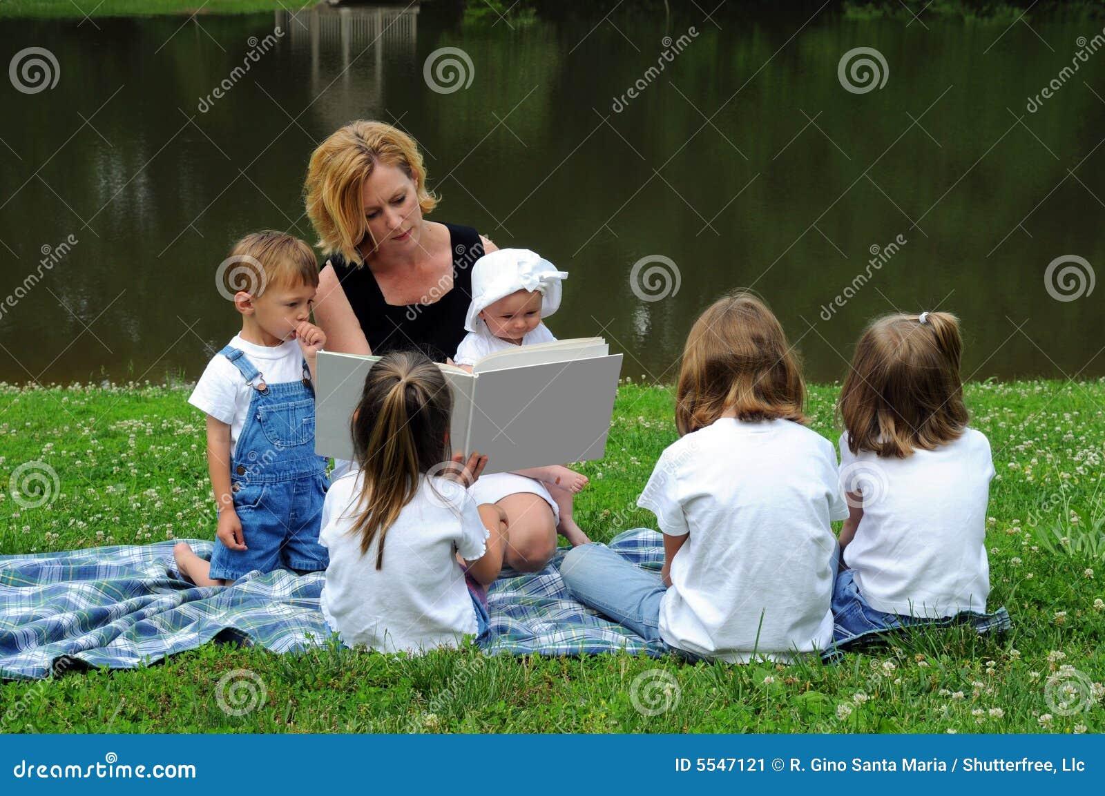Vrouw die aan Kinderen leest