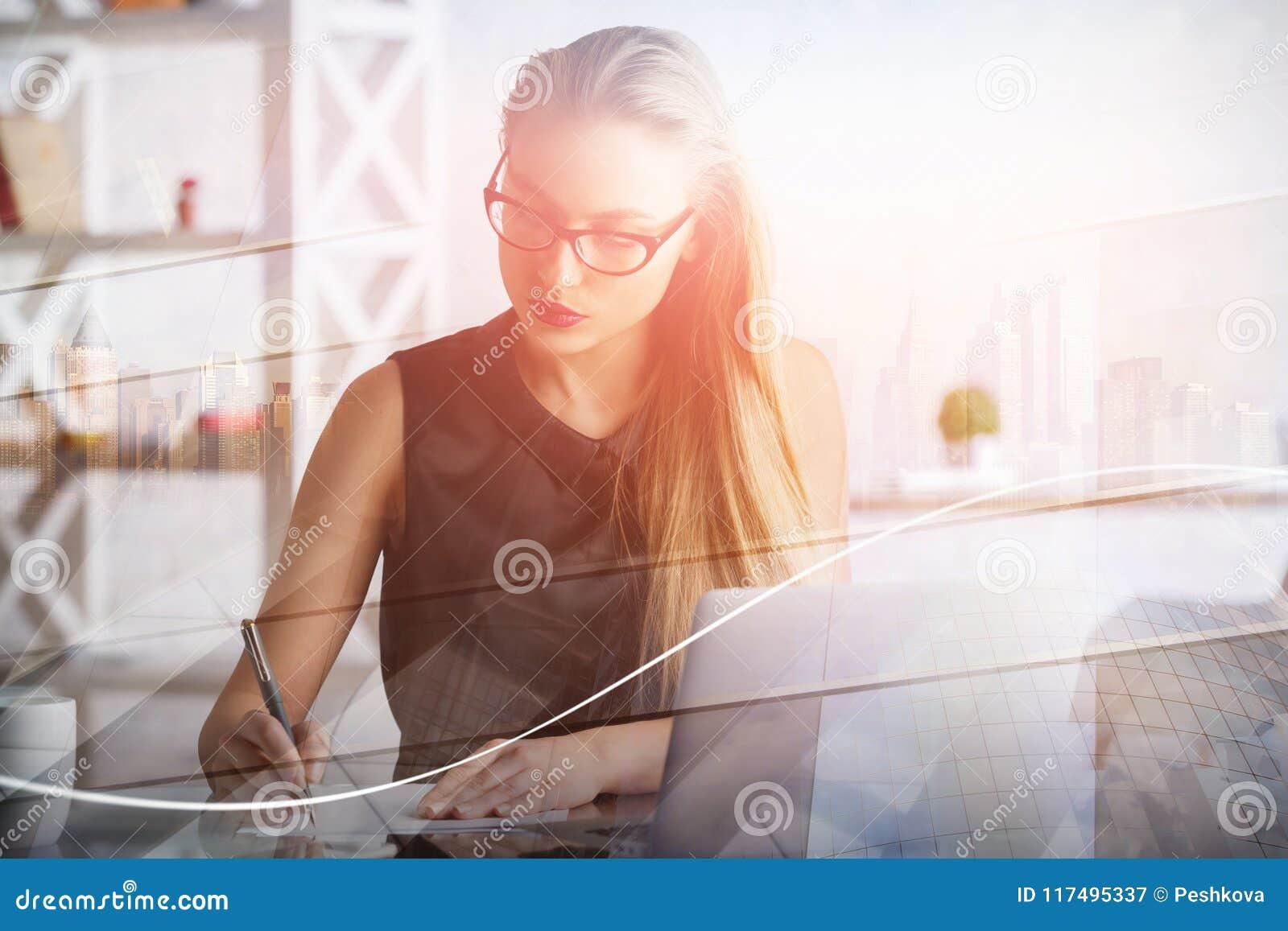Vrouw die aan project werken