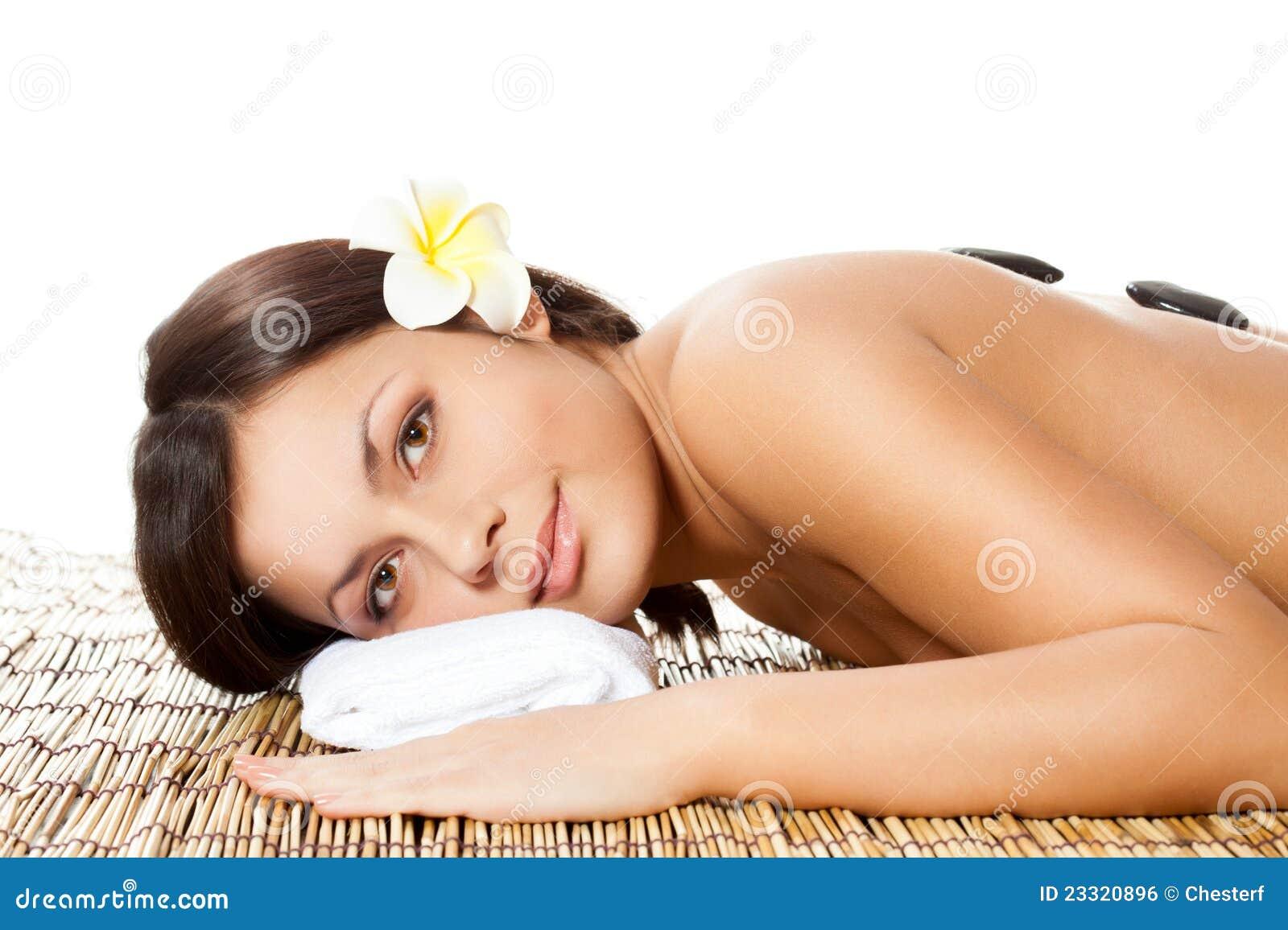 Vrouw die achtermassage ontvangt