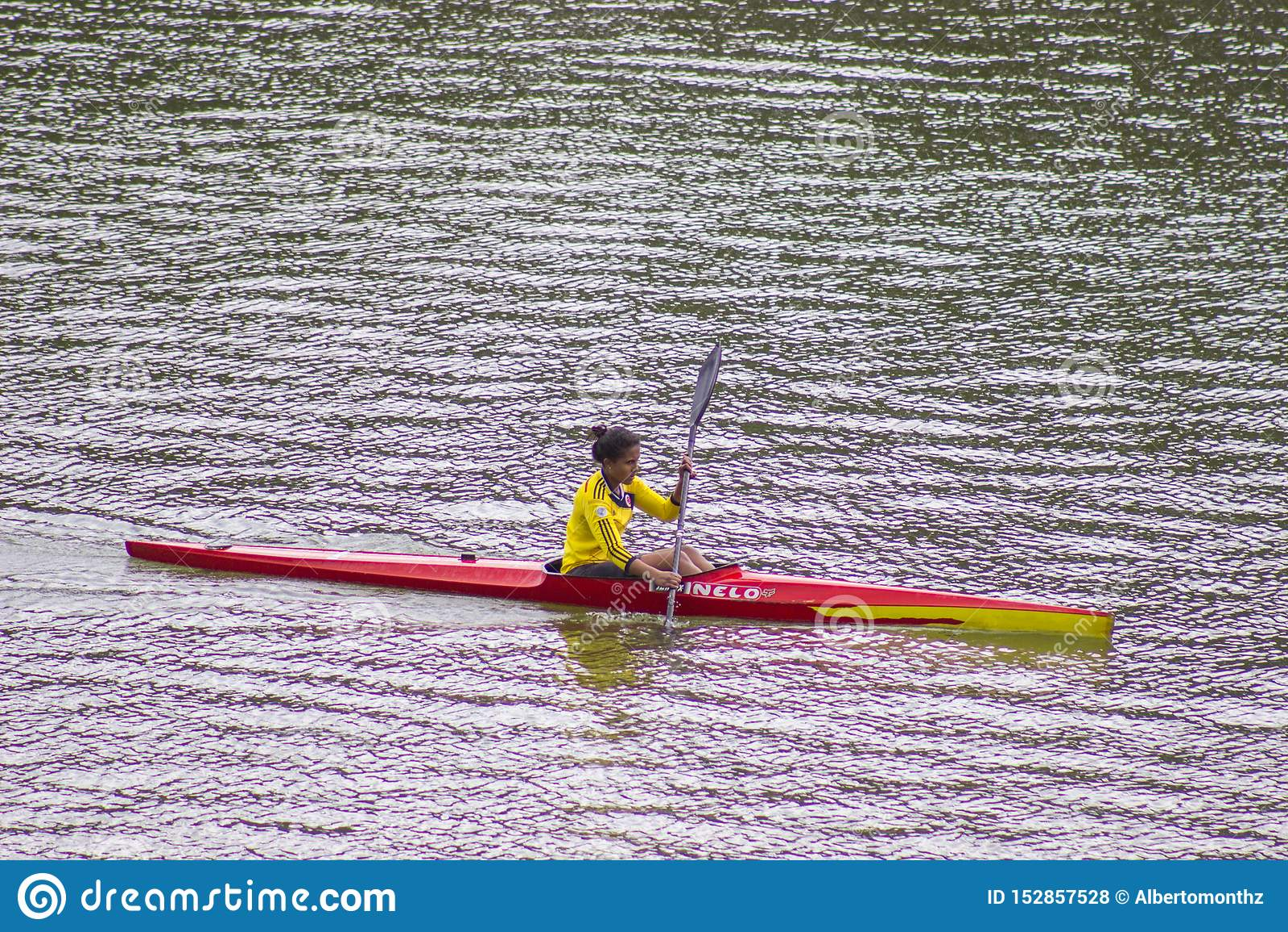 Vrouw die alleen kayaking Kayaker, geniet van