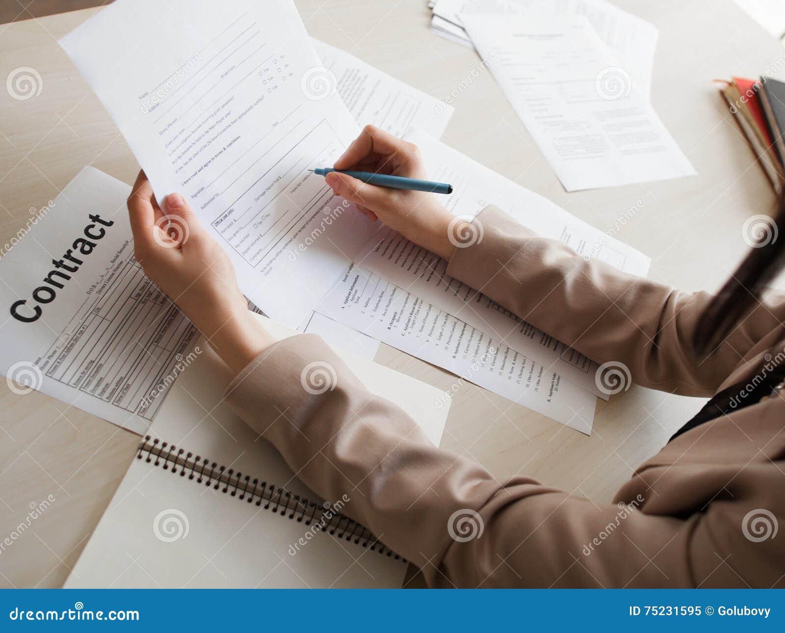 Vrouw die arbeidsovereenkomst ondertekenen