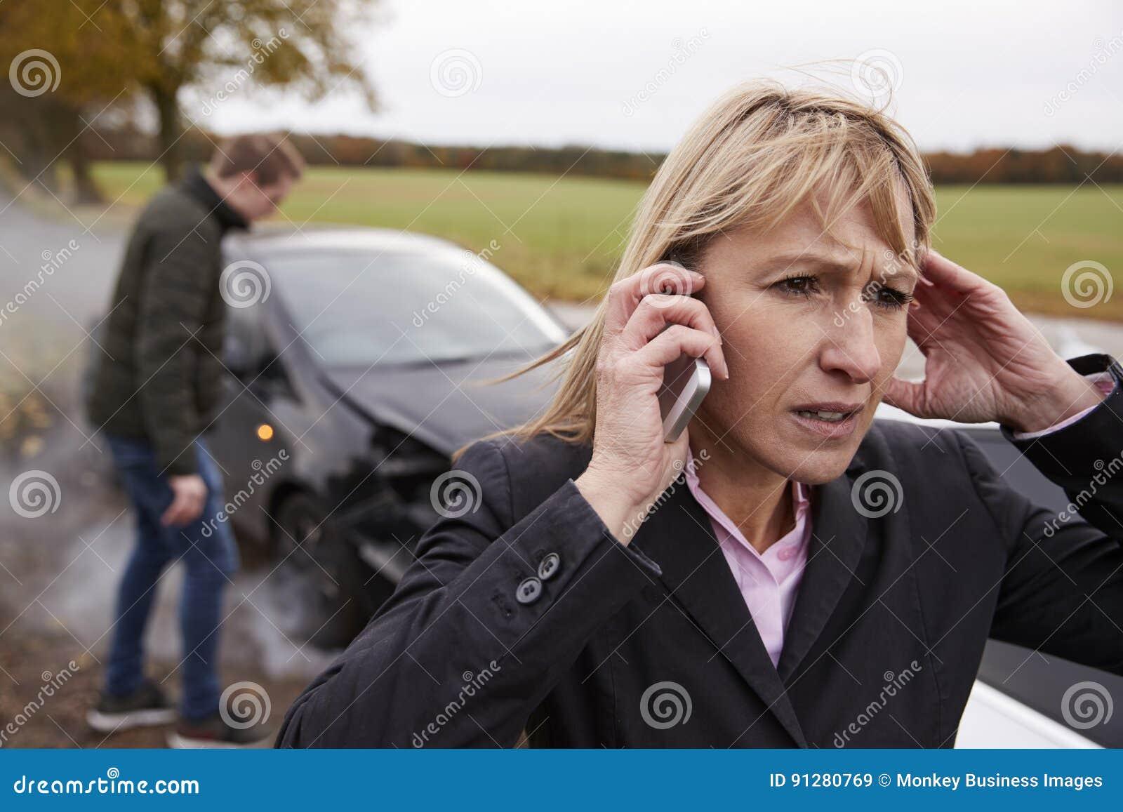 Vrouw die Autoongeval bij de Landweg roepen te melden