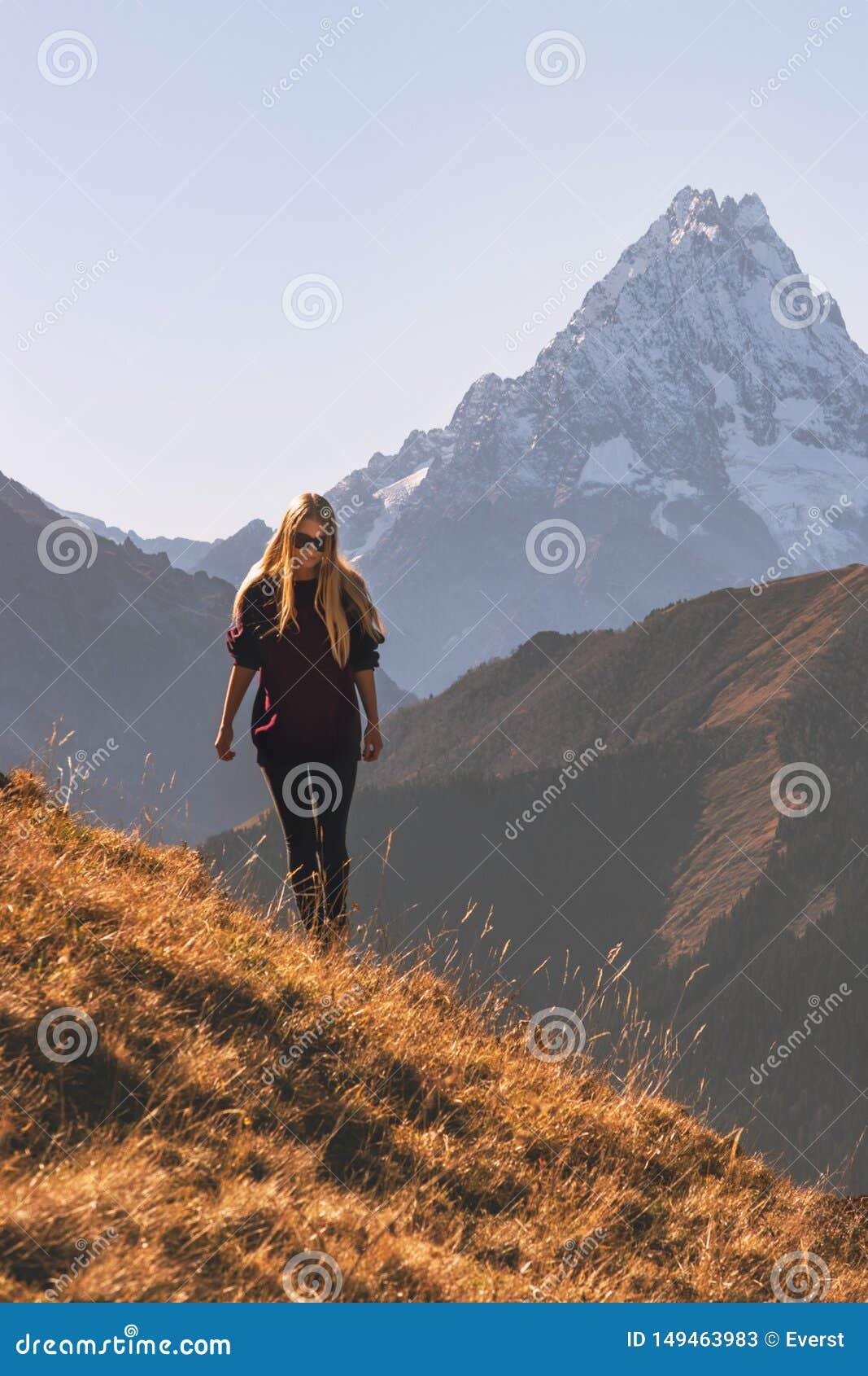 Vrouw die in avontuur van de bergen het alleen reis lopen