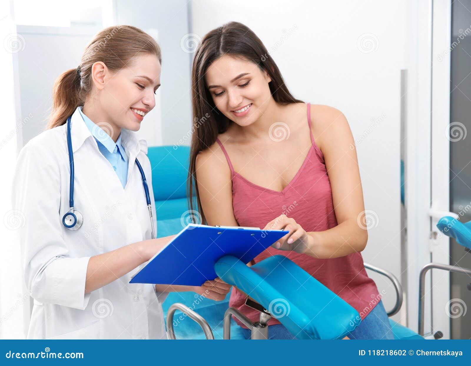 Vrouw die benoeming hebben op gynaecoloogkantoor