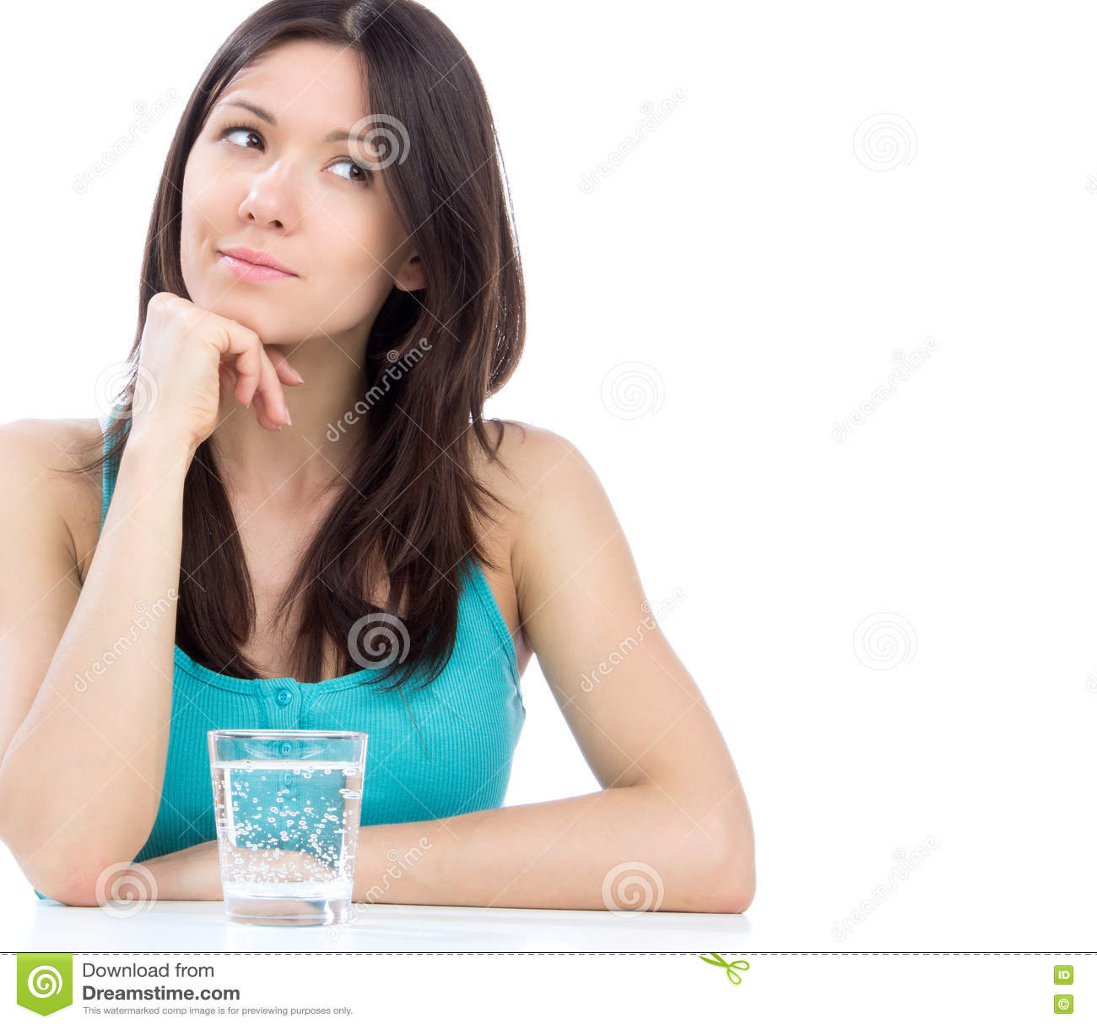 Vrouw die bereid om glas water te drinken wordt