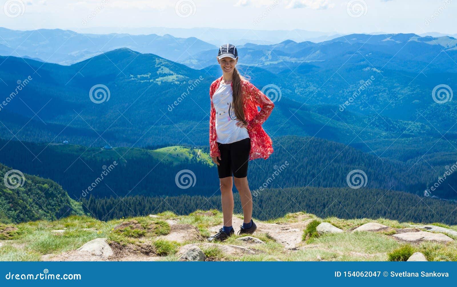 Vrouw die in bergen bij zonnige dag wandelen