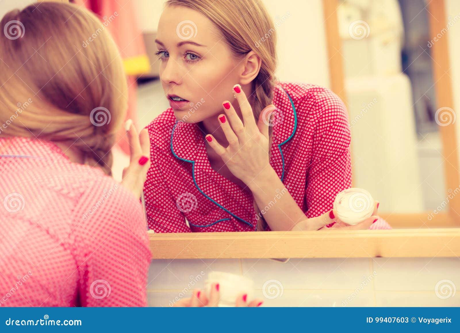 Vrouw die bevochtigende huidroom toepassen Skincare