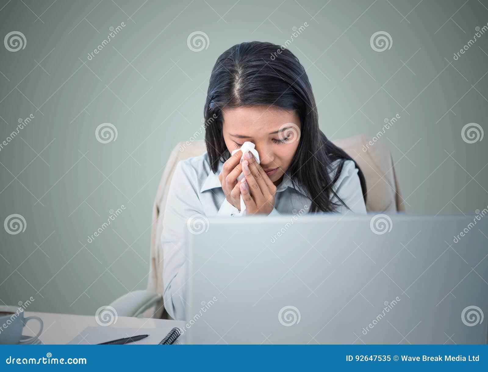 Vrouw die bij computer tegen lichtblauwe achtergrond schreeuwen