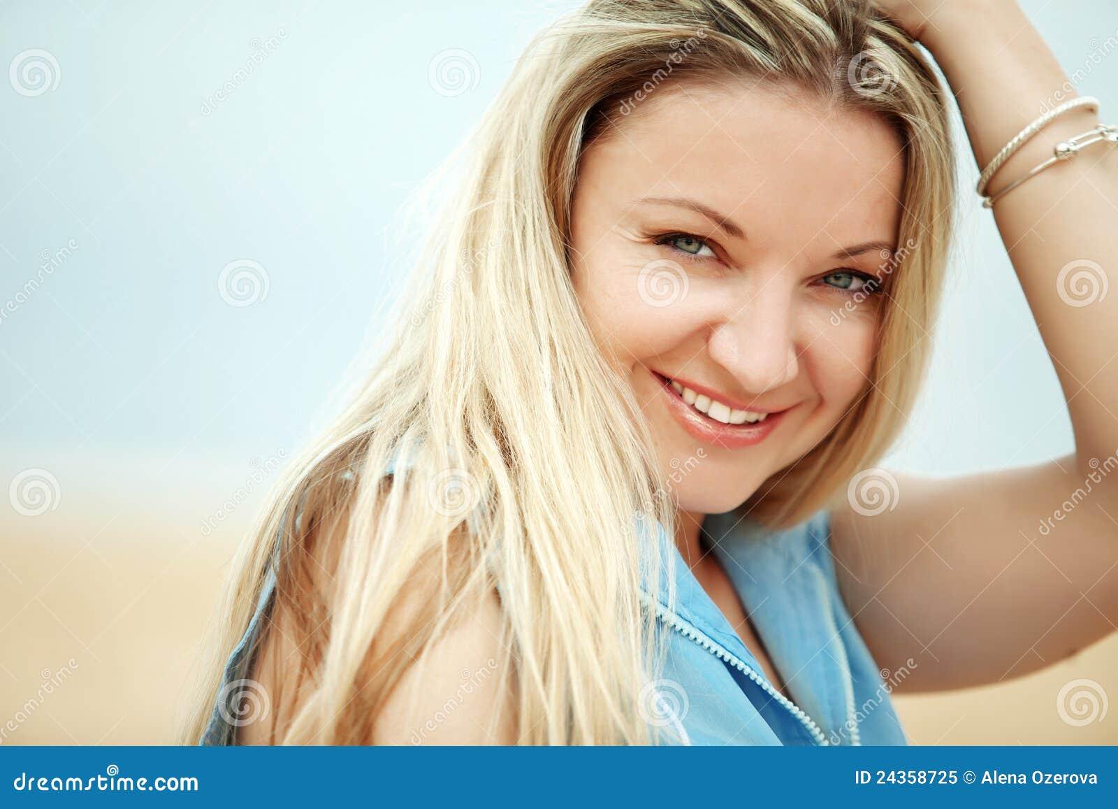 Vrouw die bij het strand rust