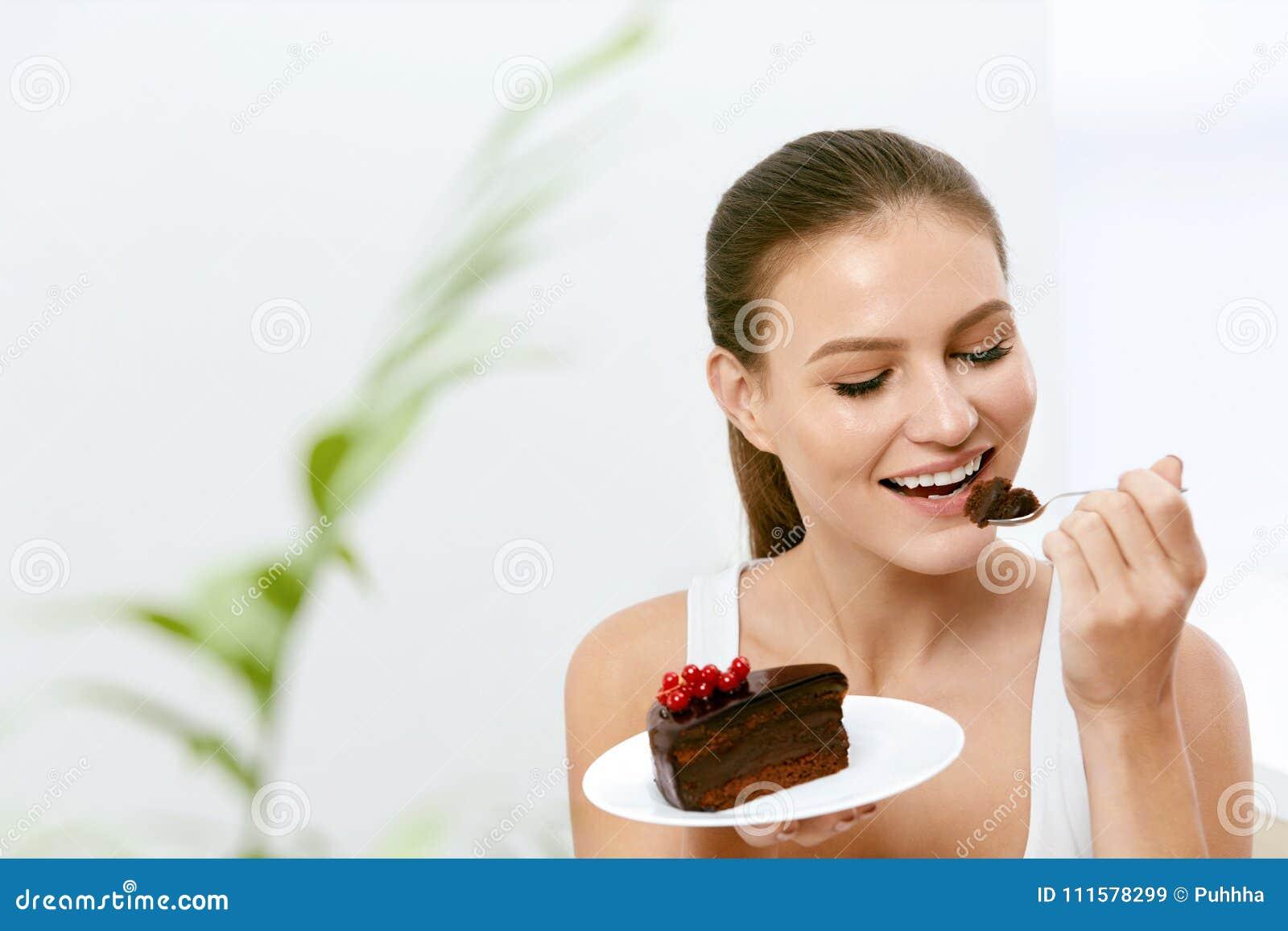 Vrouw die cake eet Mooi Vrouwelijk het Eten Dessert