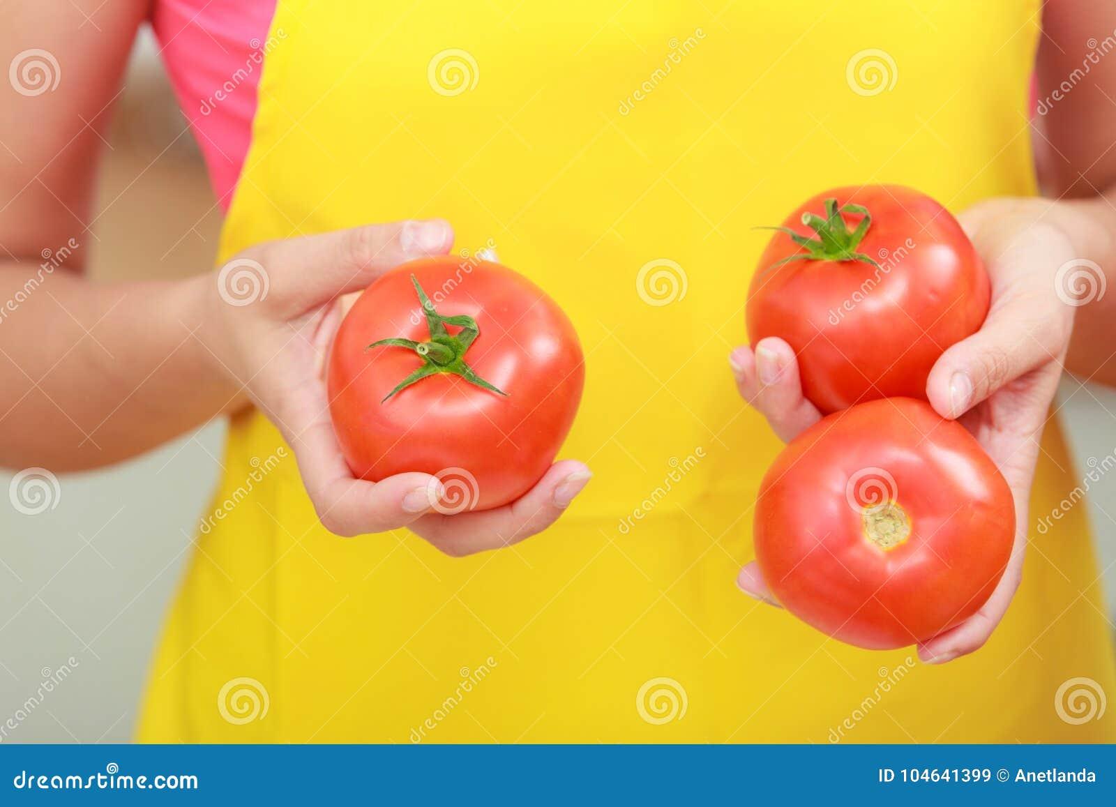 Download Vrouw Die De Salade Van Het Verse Groentenvoedsel Voorbereiden Stock Afbeelding - Afbeelding bestaande uit vegetariër, up: 104641399
