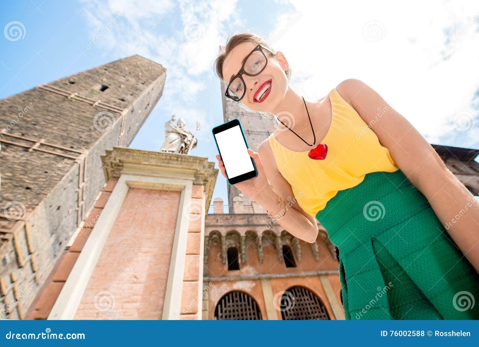 Vrouw die in de stad van Bologna reizen