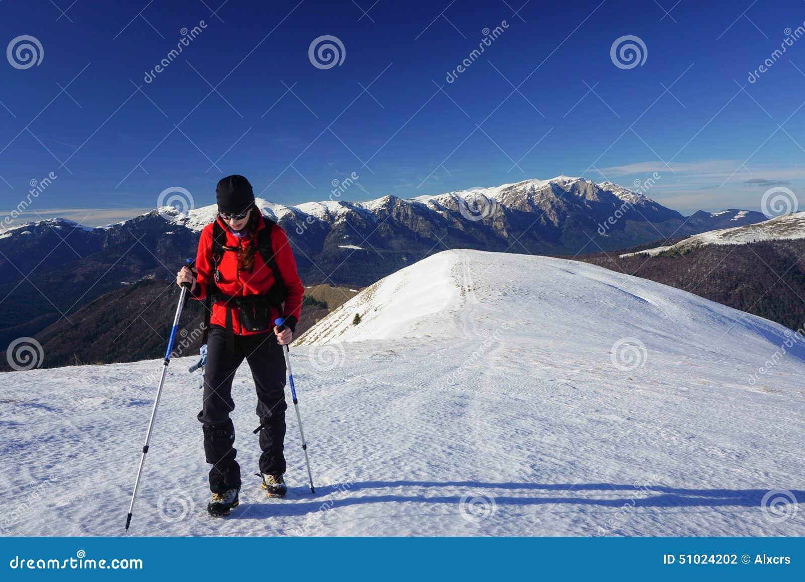 Vrouw die in de winter wandelt