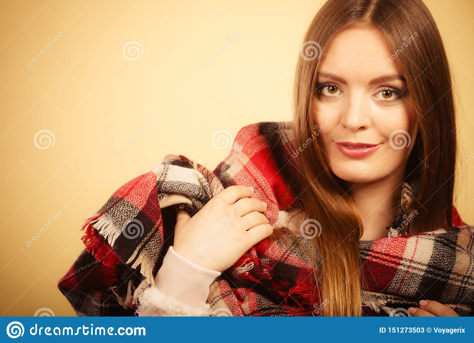 Vrouw die de wollen gecontroleerde kleding van de sjaal warme herfst dragen