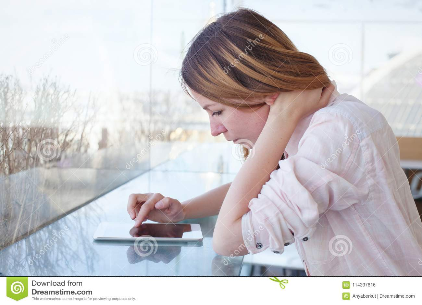 Vrouw die digitaal tabletgadget in moderne binnenlands gebruiken, controlerend e-mail