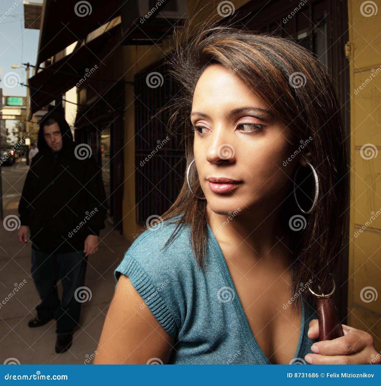 Vrouw die door een misdadiger wordt beslopen
