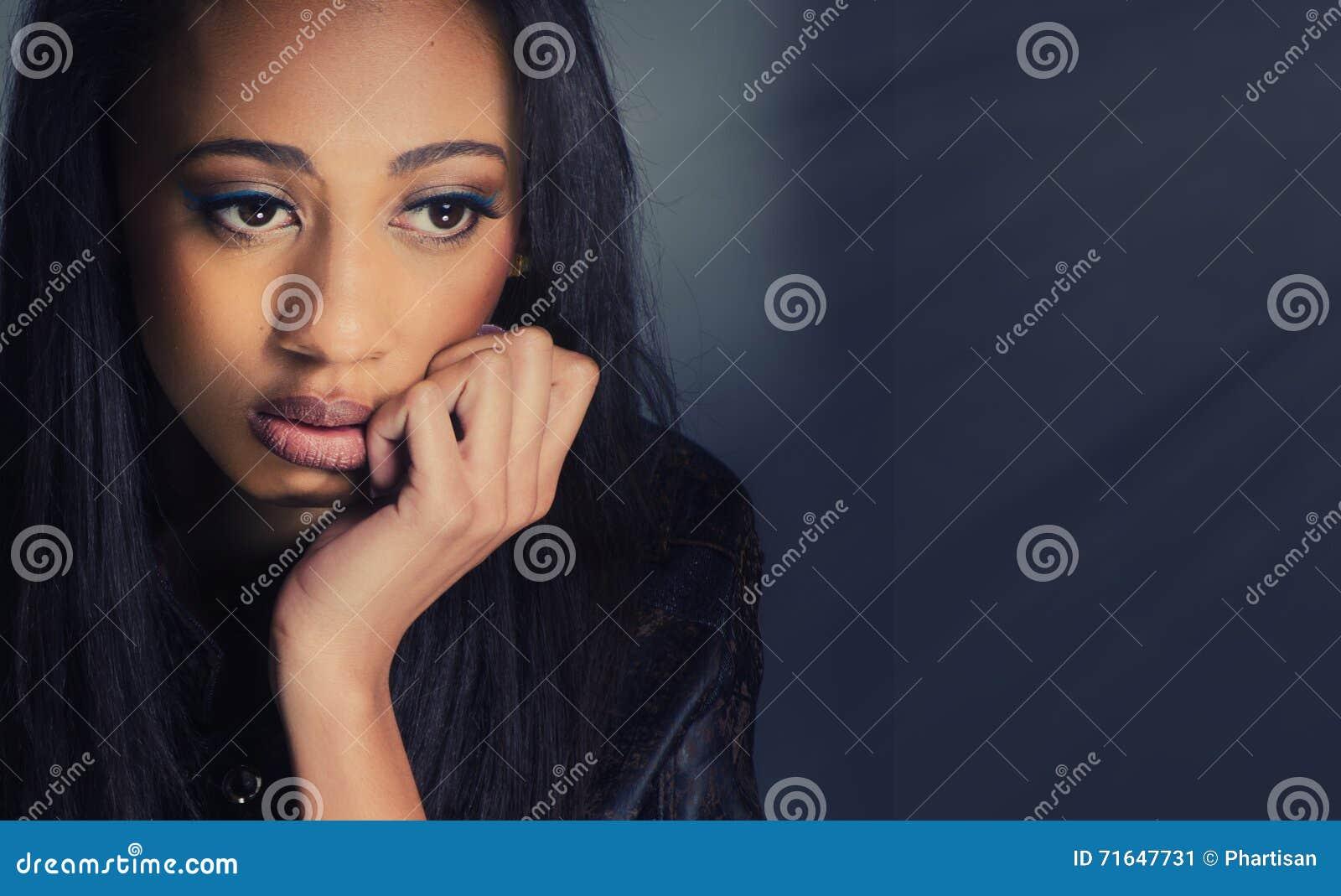 Vrouw die droevige ongelukkig kijken