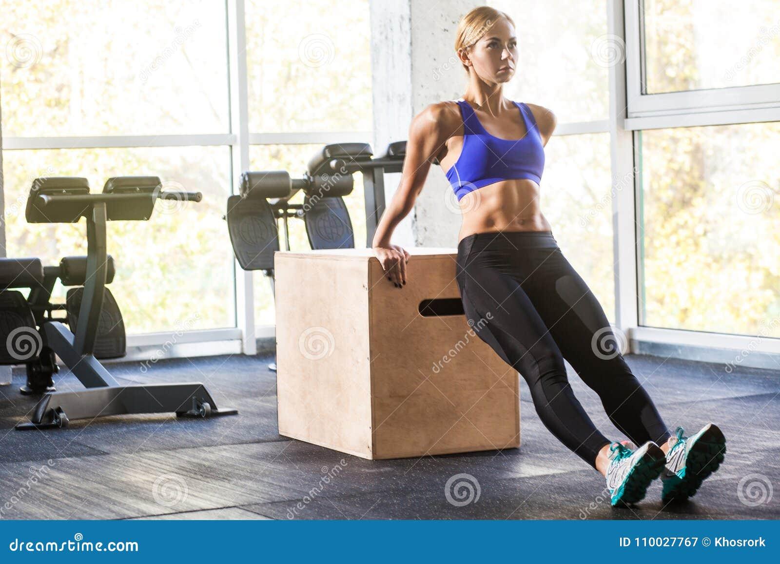 Vrouw die duw omhoog op triceps en bicepsen doen