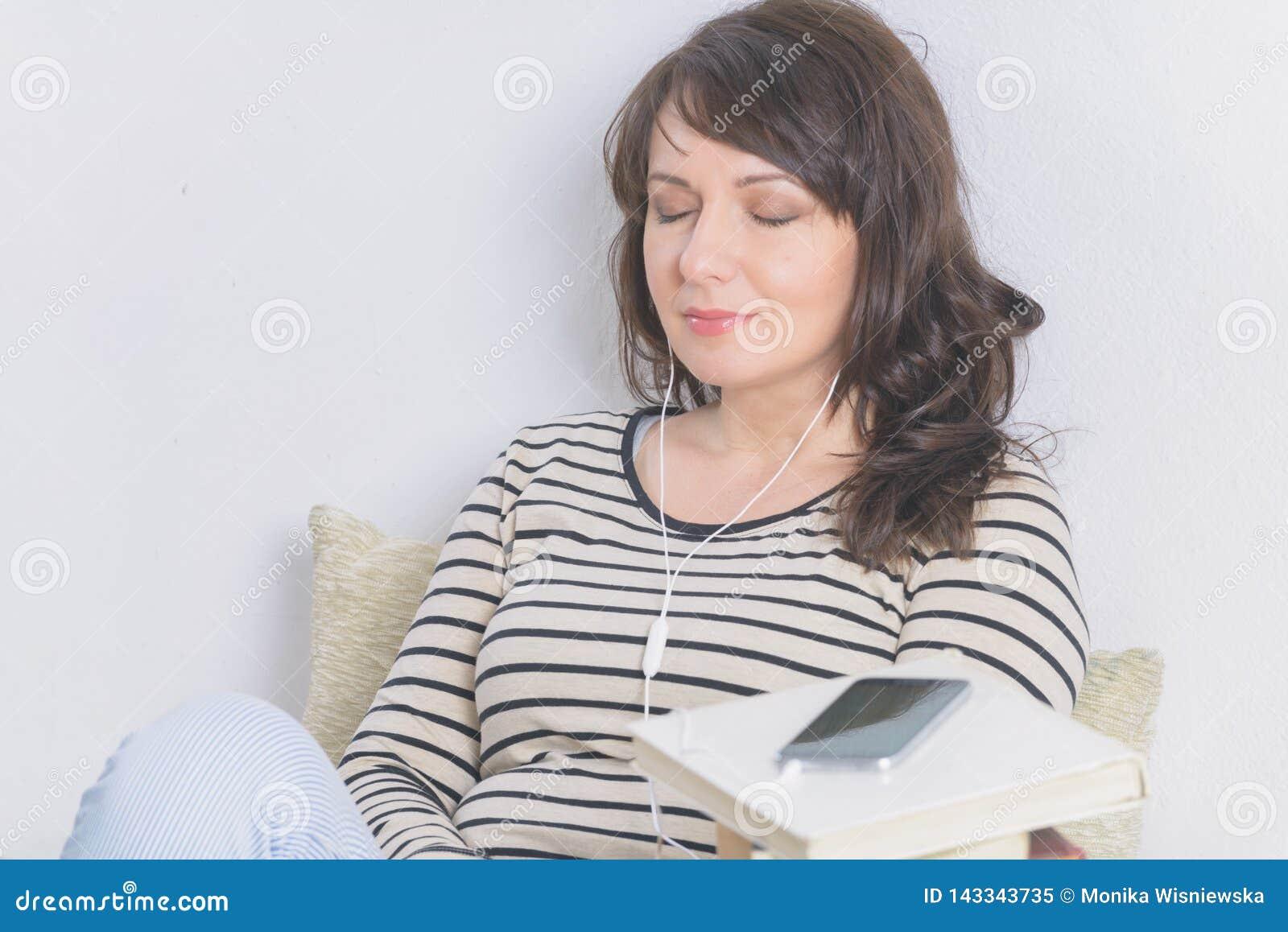 Vrouw die een audiobook luisteren