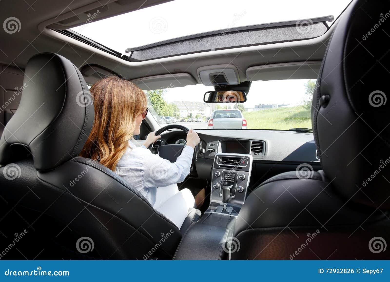Vrouw die een auto drijft