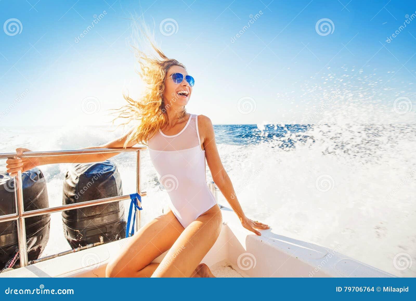 Vrouw die een boot in een paradijseiland varen