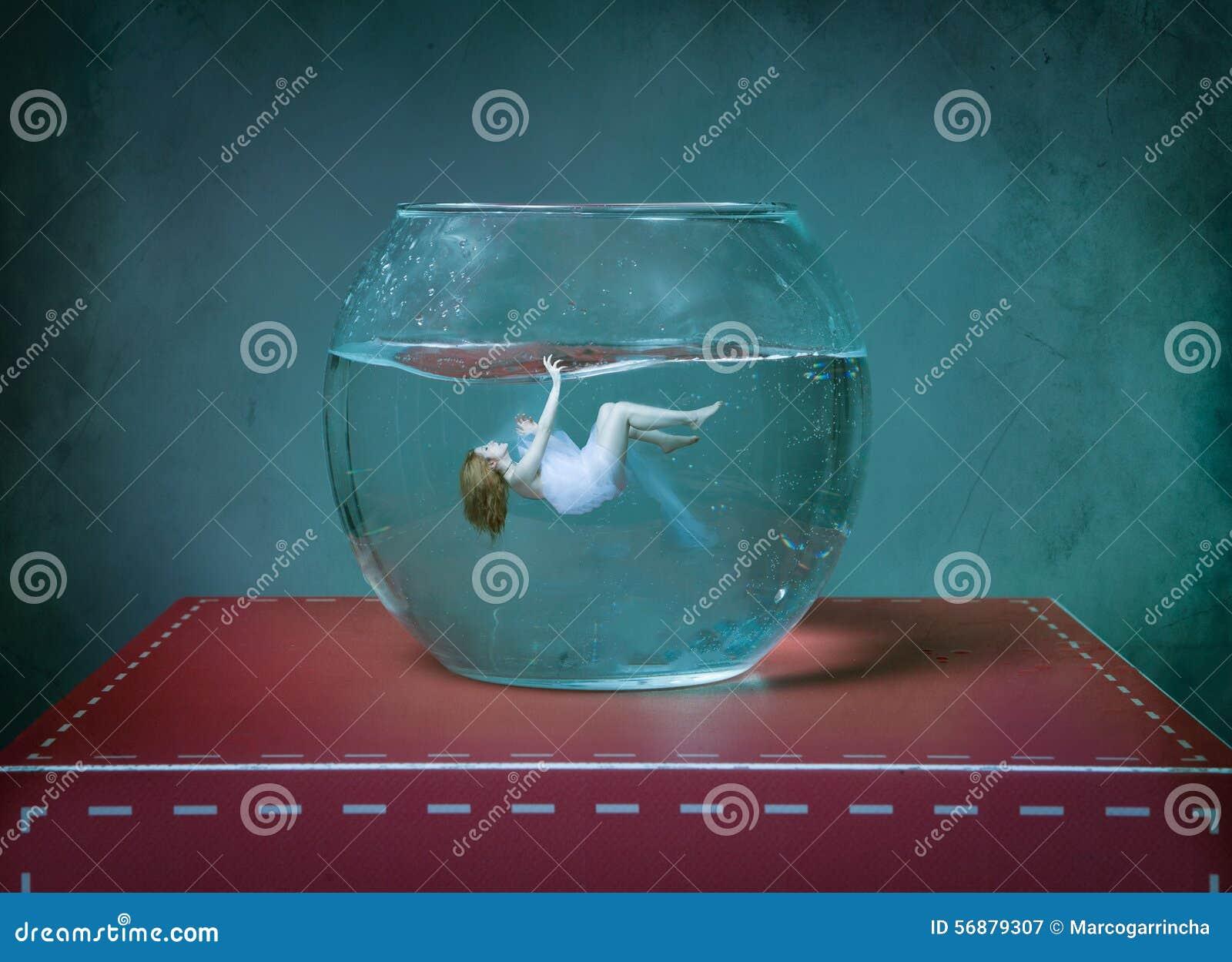 Vrouw die in een goudviskom zwemmen