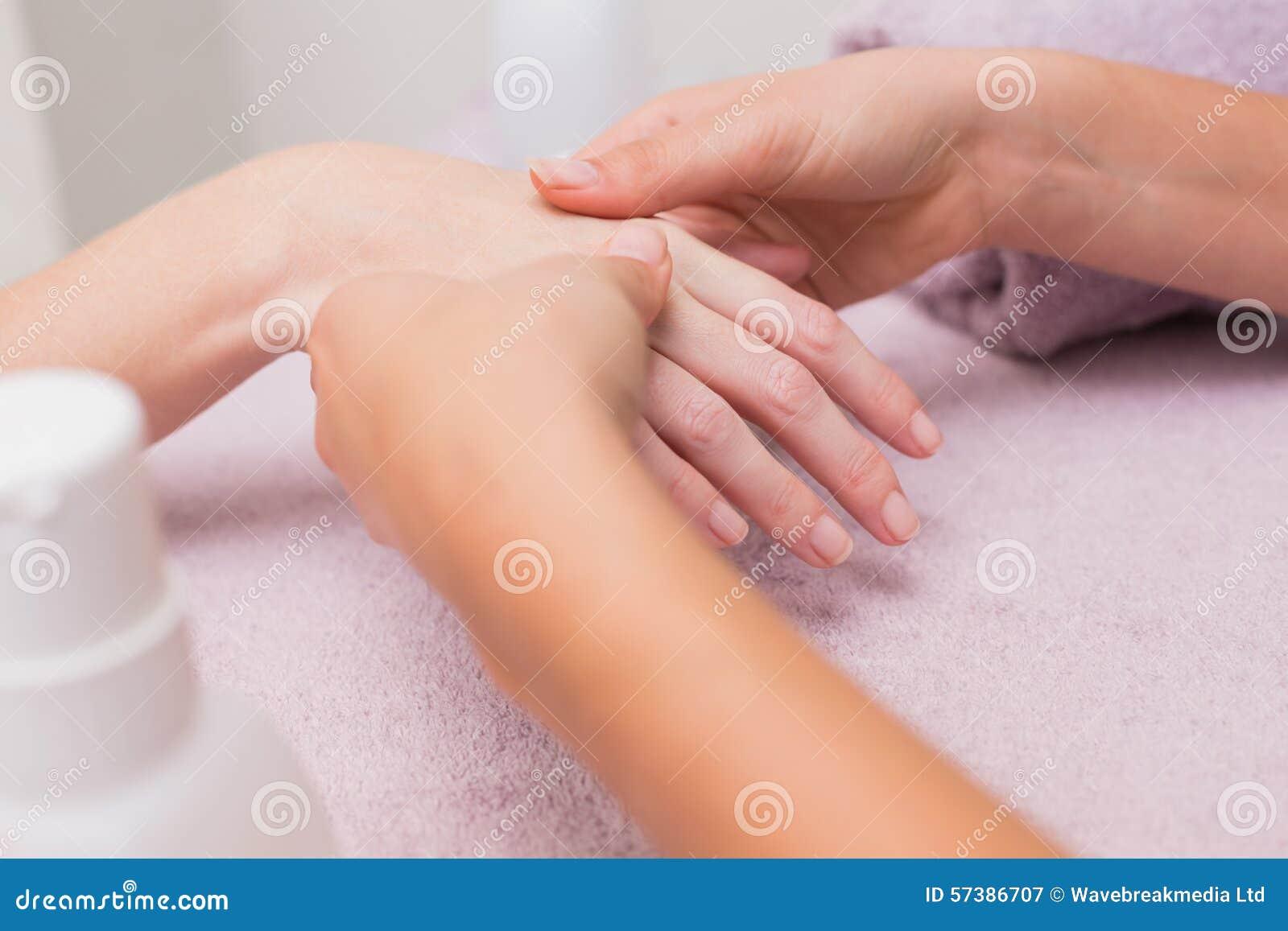Vrouw die een handmassage krijgt
