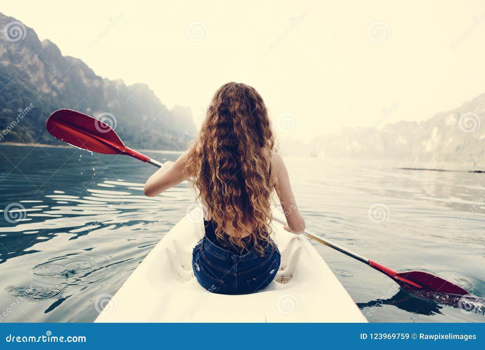 Vrouw die een kano paddelen door een nationaal park